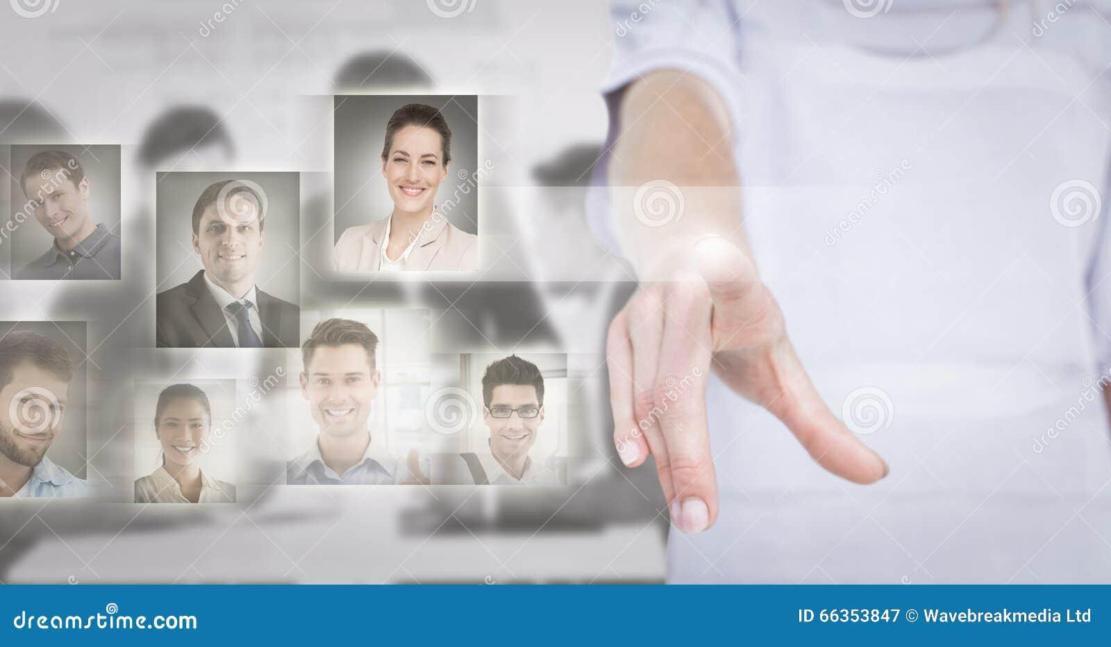 Imagem composta da mulher que aponta com seu dedo