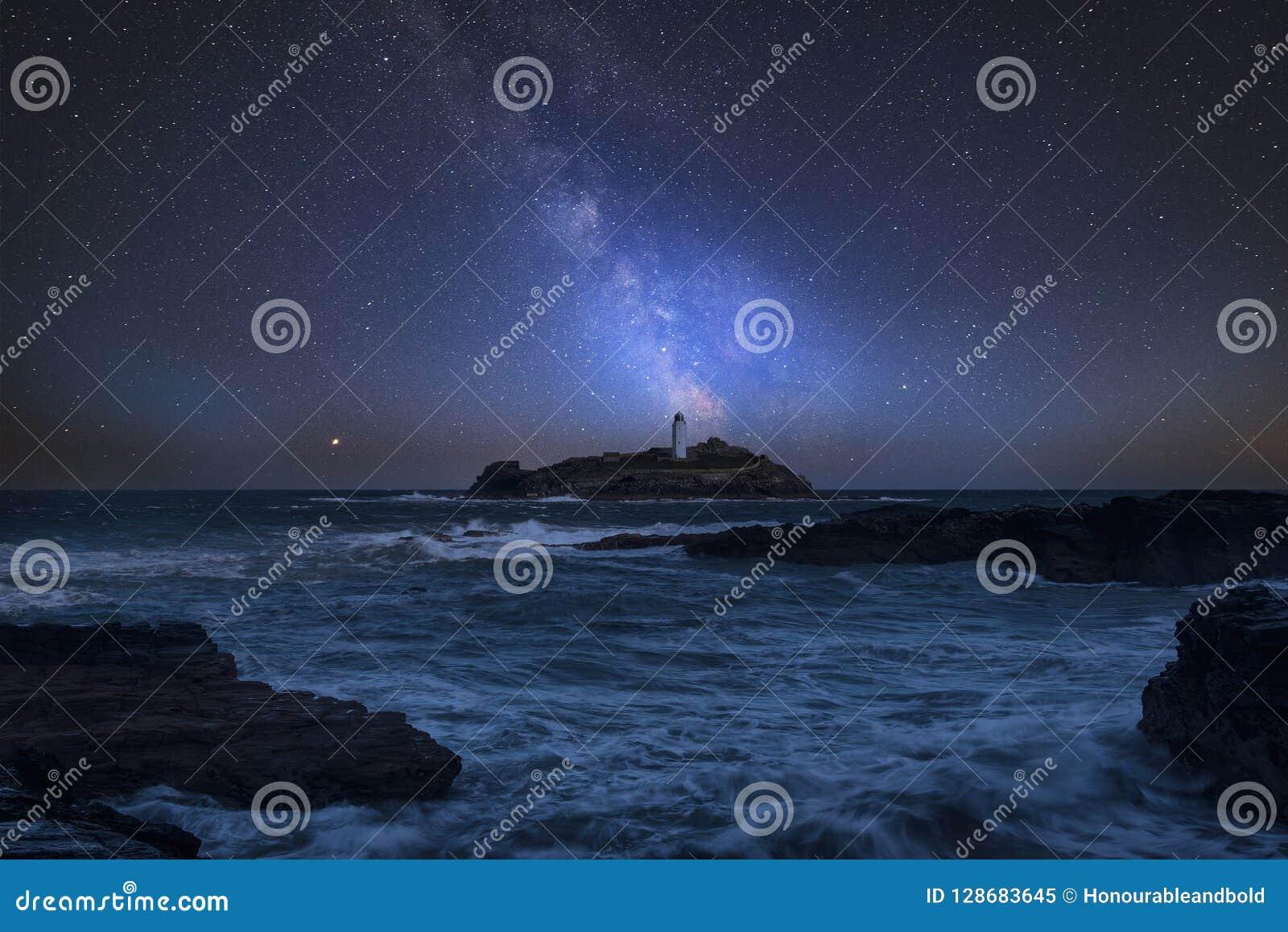 Imagem composta da Via Látea vibrante sobre a paisagem de Godrevy Ligh