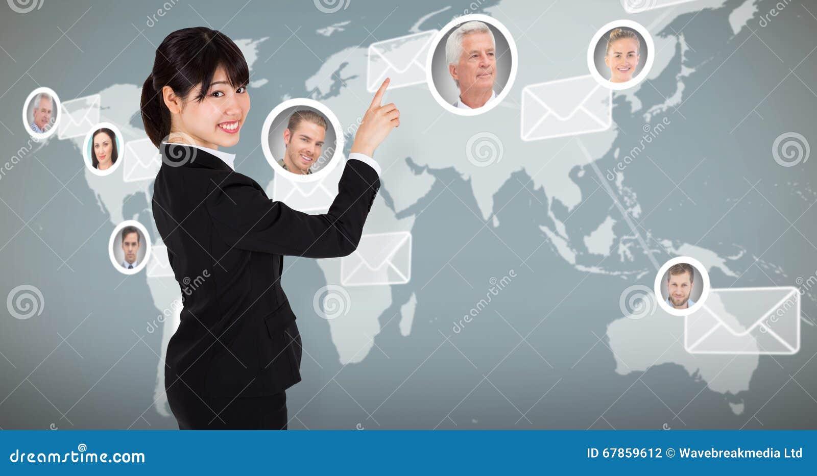 Imagem composta de apontar de sorriso da mulher de negócios