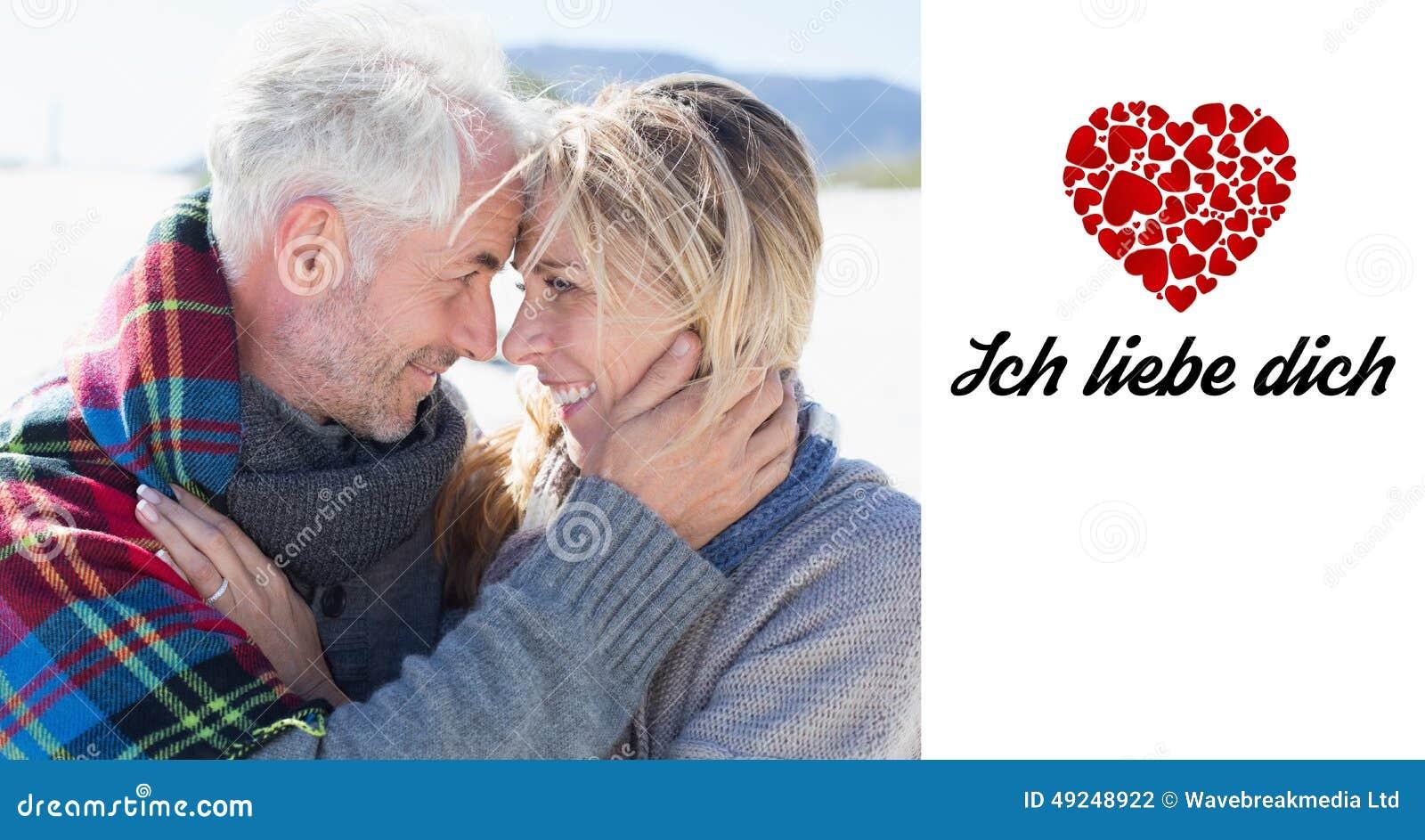 Imagem composta do casal feliz que abraça na praia