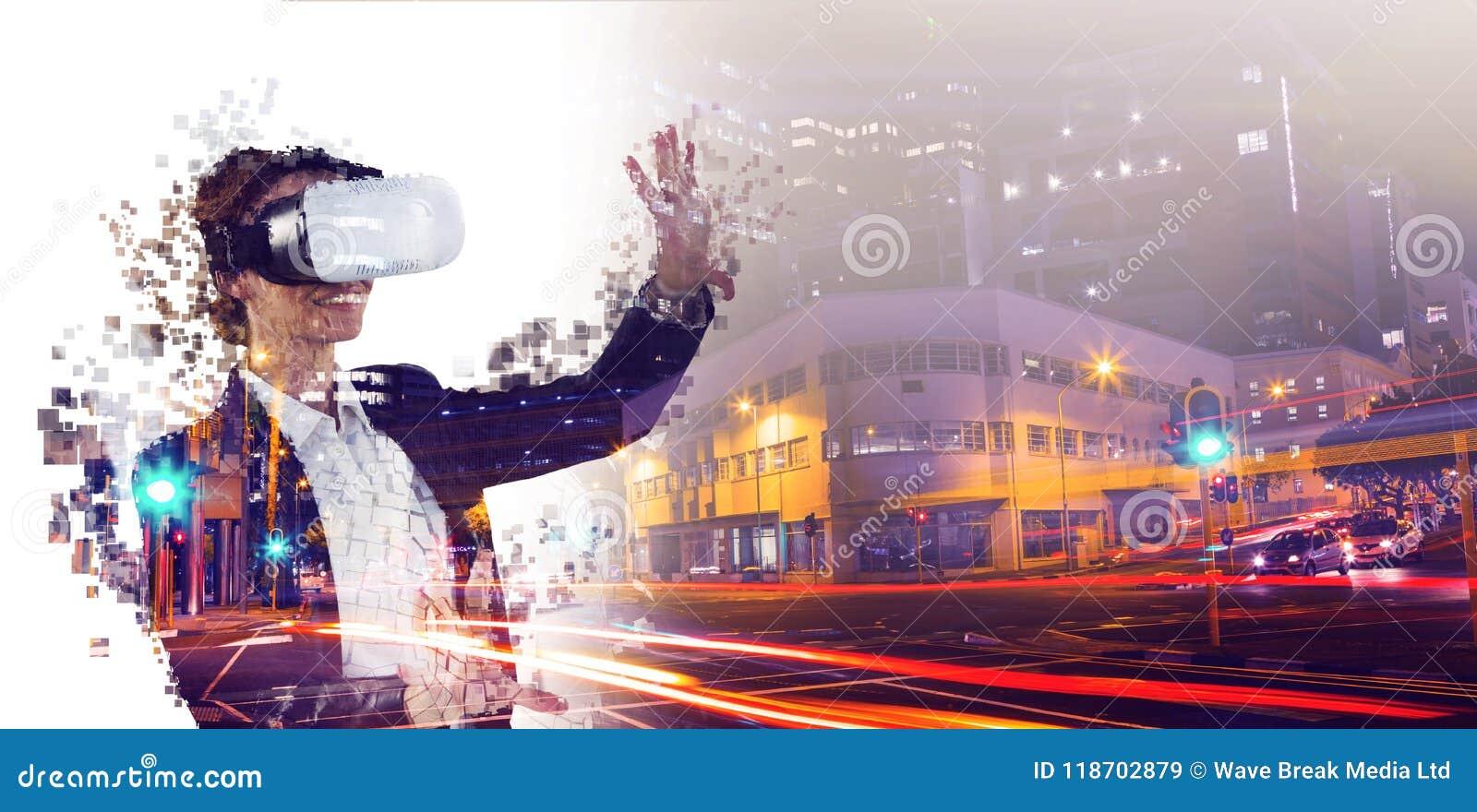 Imagem composta do composto digital da mulher com um simulador da realidade virtual