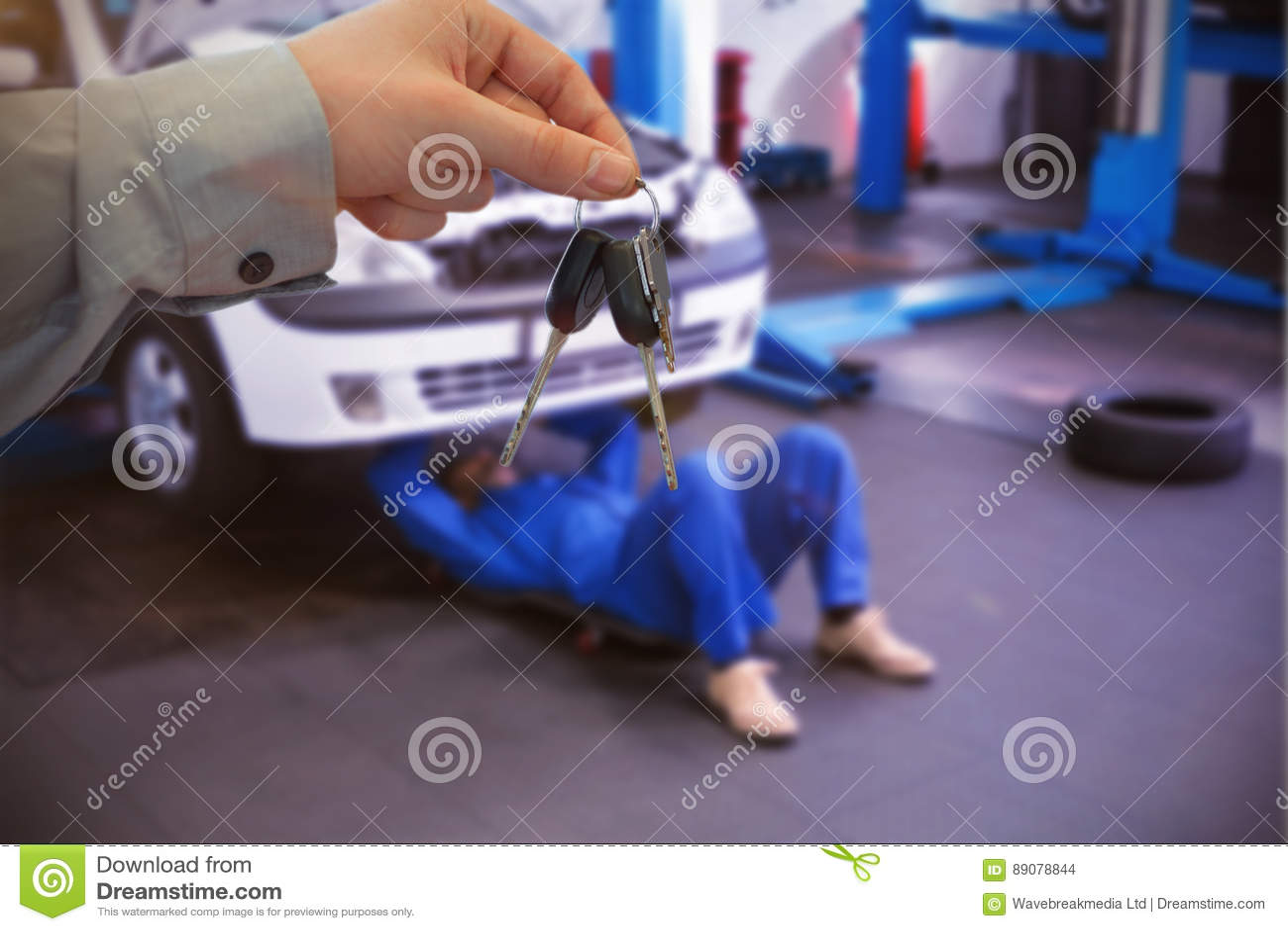 Imagem composta do concessionário automóvel que dá chaves a um cliente