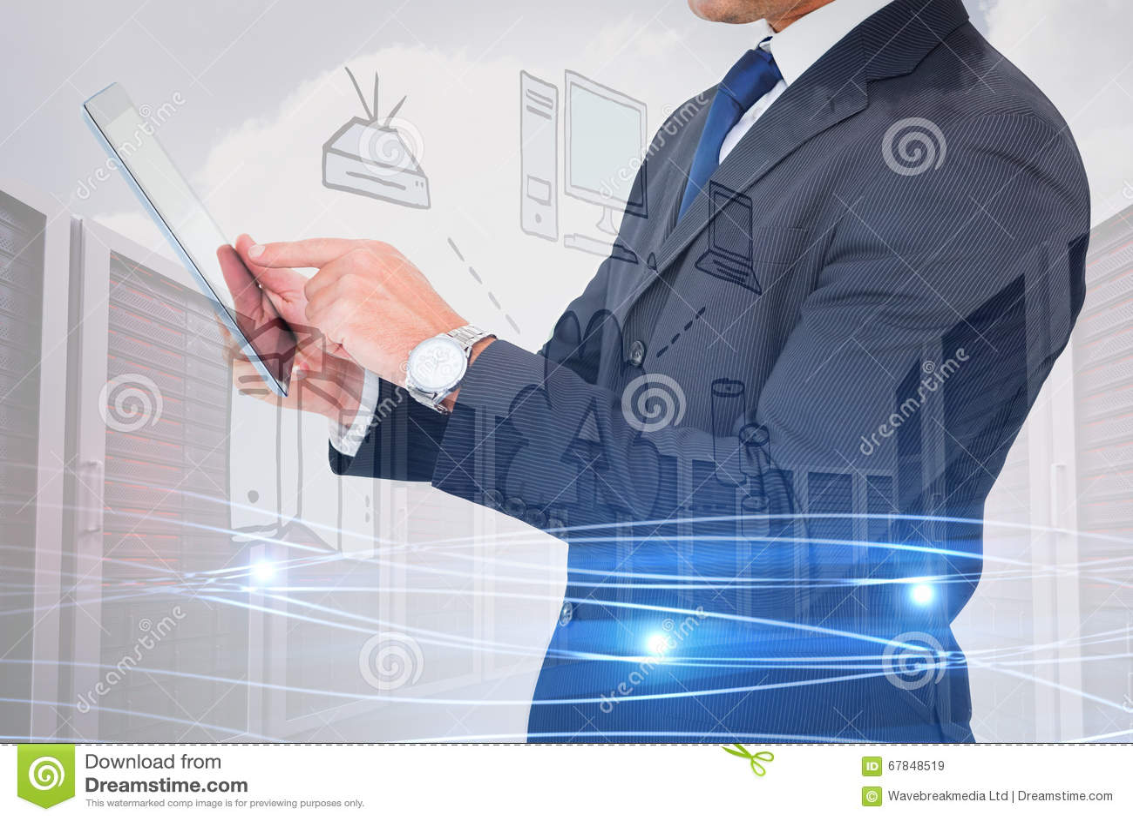 Imagem composta do homem de negócios no terno usando a tabuleta digital