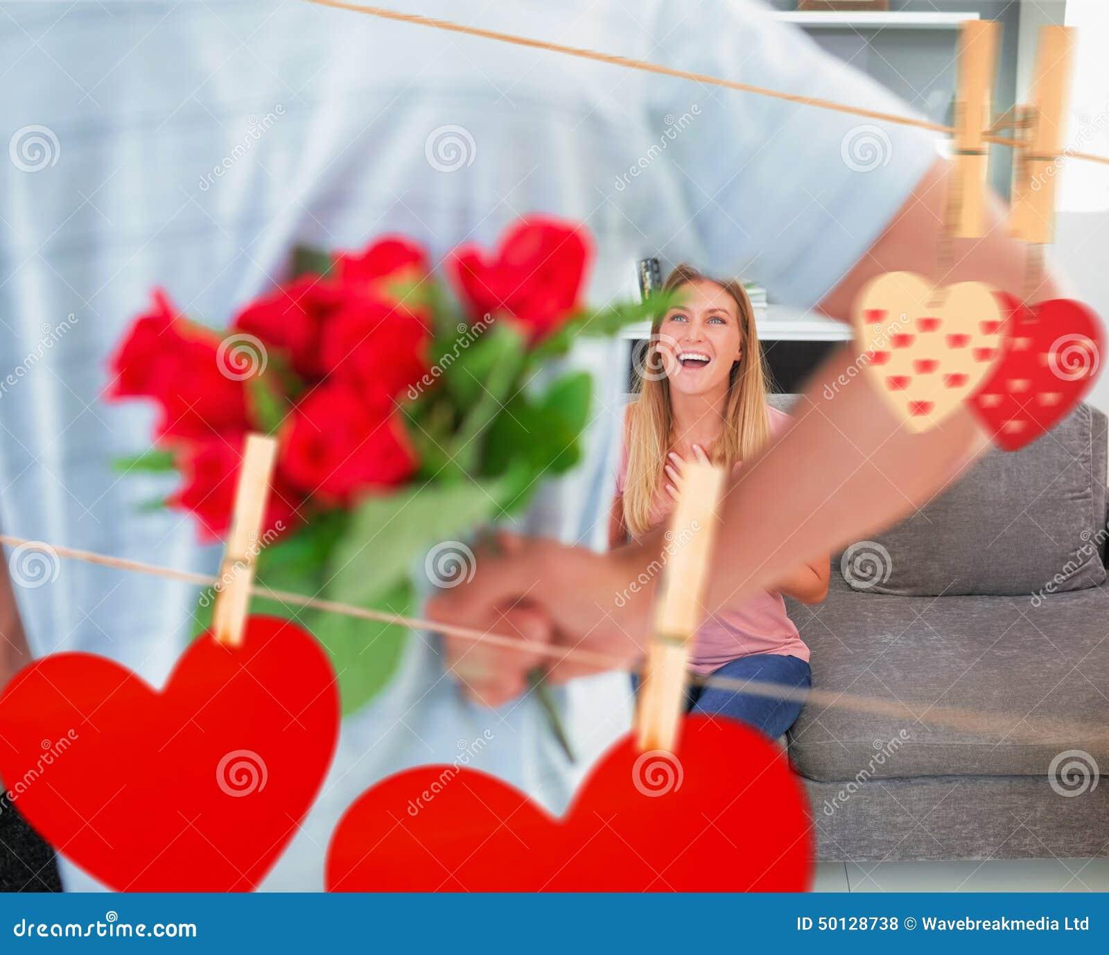 Imagem composta do ramalhete escondendo do homem das rosas da amiga de sorriso no sofá