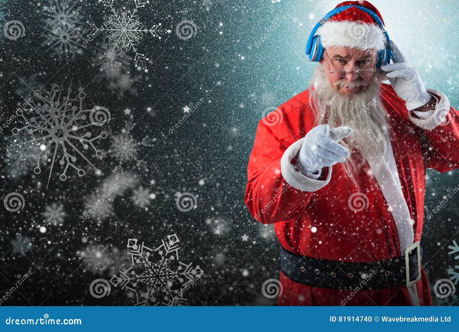 Imagem composta do retrato de Papai Noel que escuta a música em fones de ouvido ao apontar