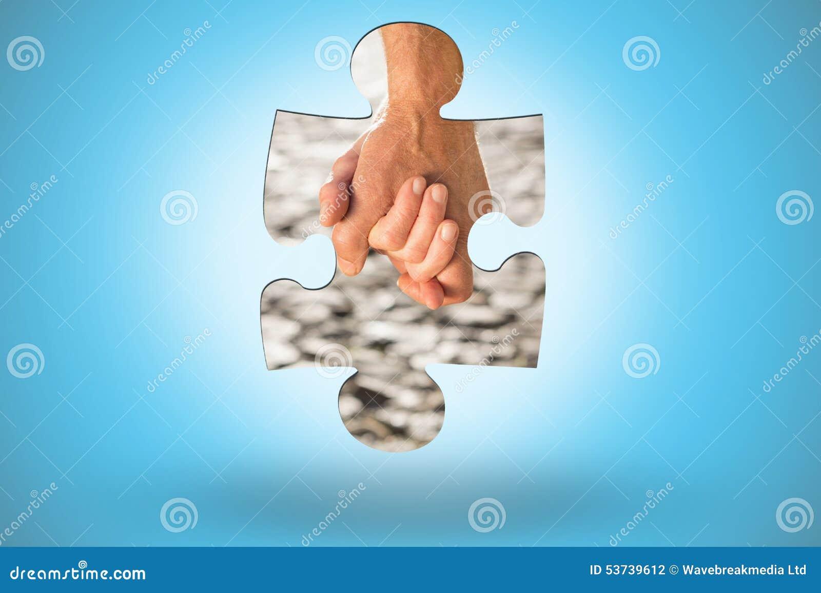 Imagem composta dos pares superiores felizes que guardam as mãos