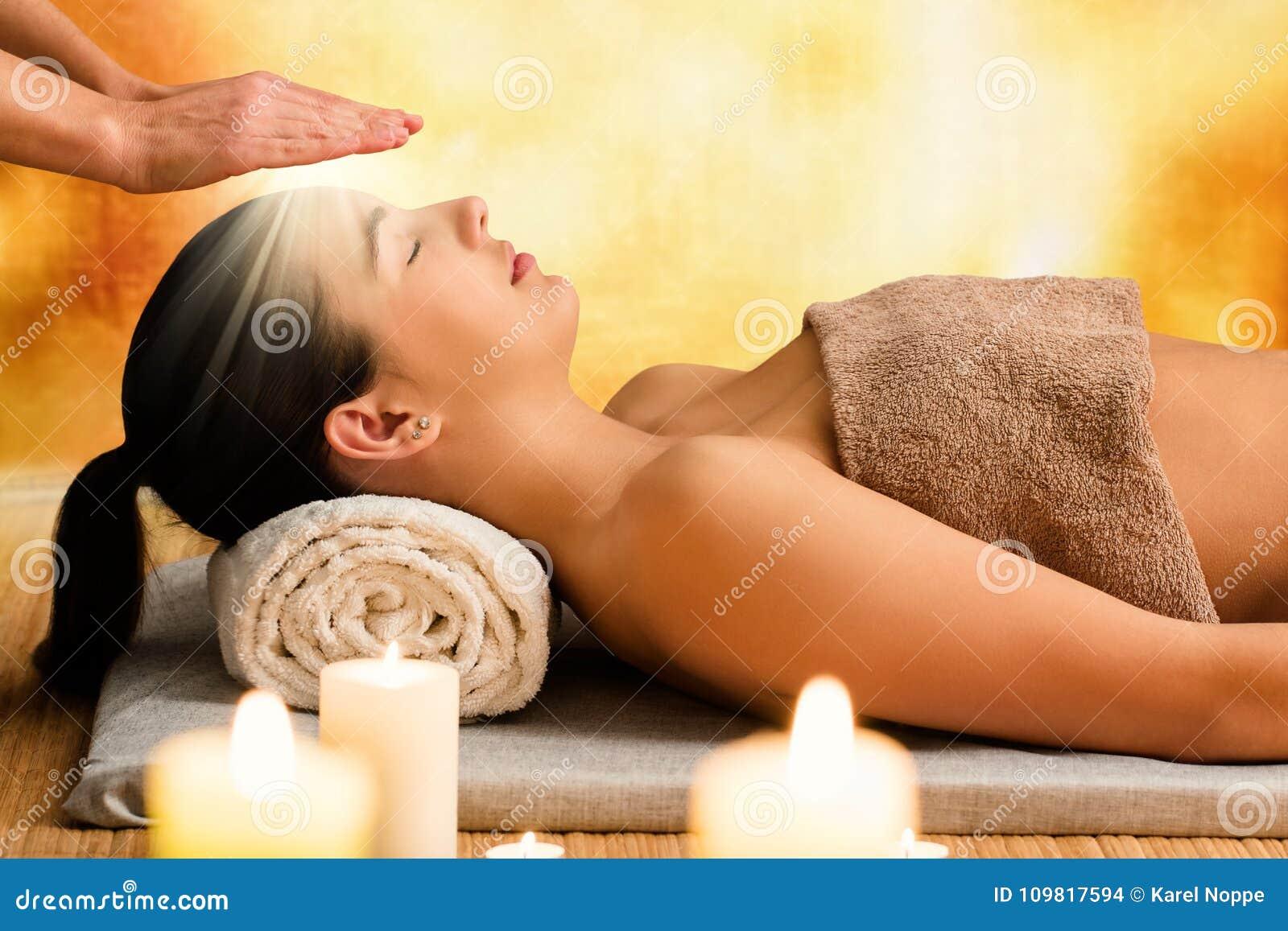 Imagem conceptual da mulher que tem a terapia do reiki