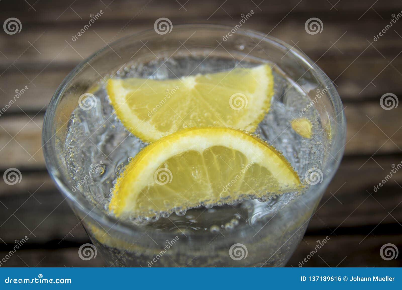 Imagem da água mineral no vidro
