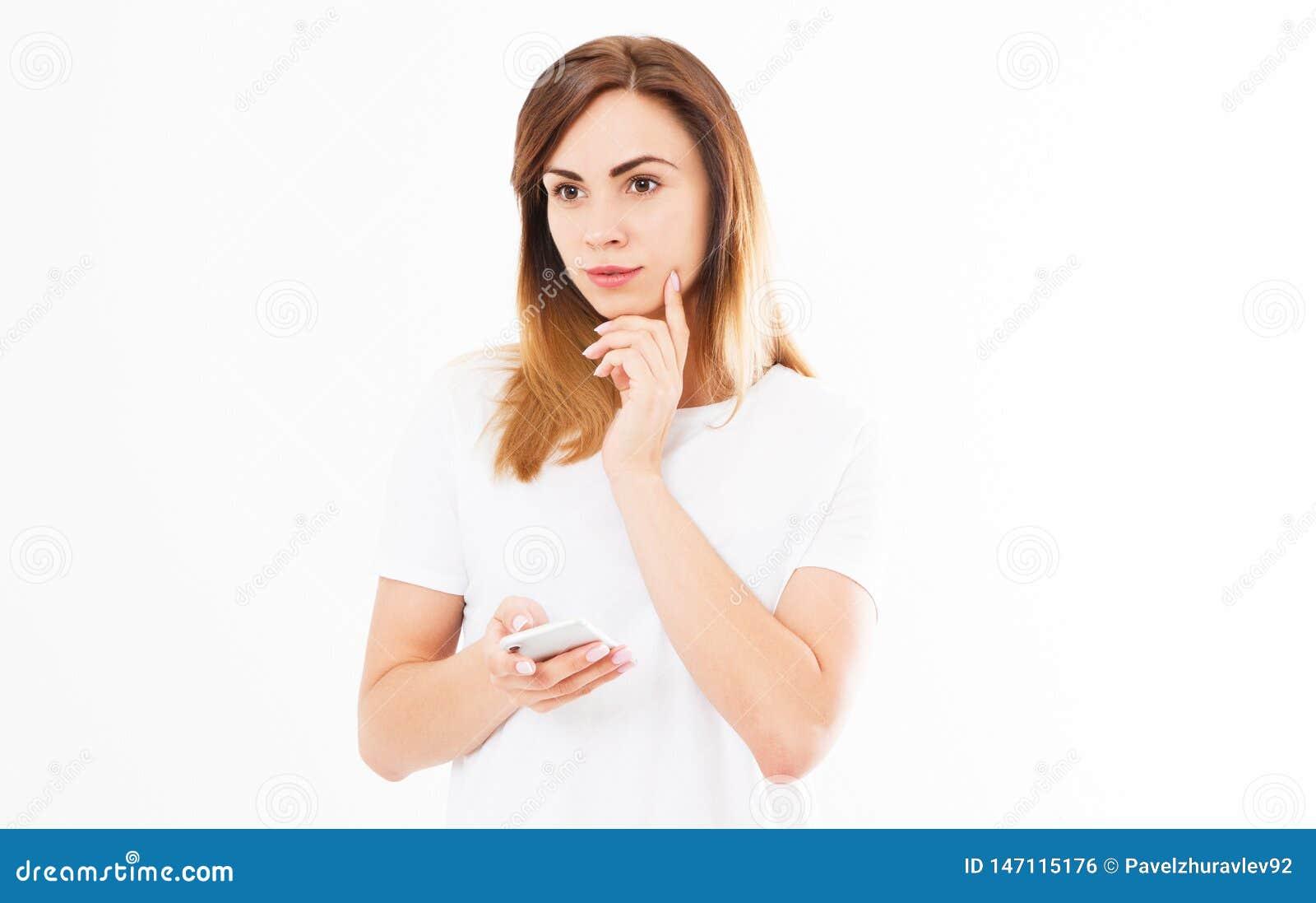 Imagem da jovem mulher bonita bonito alegre que conversa pelo telefone celular isolado sobre o fundo branco olhando a c?mera