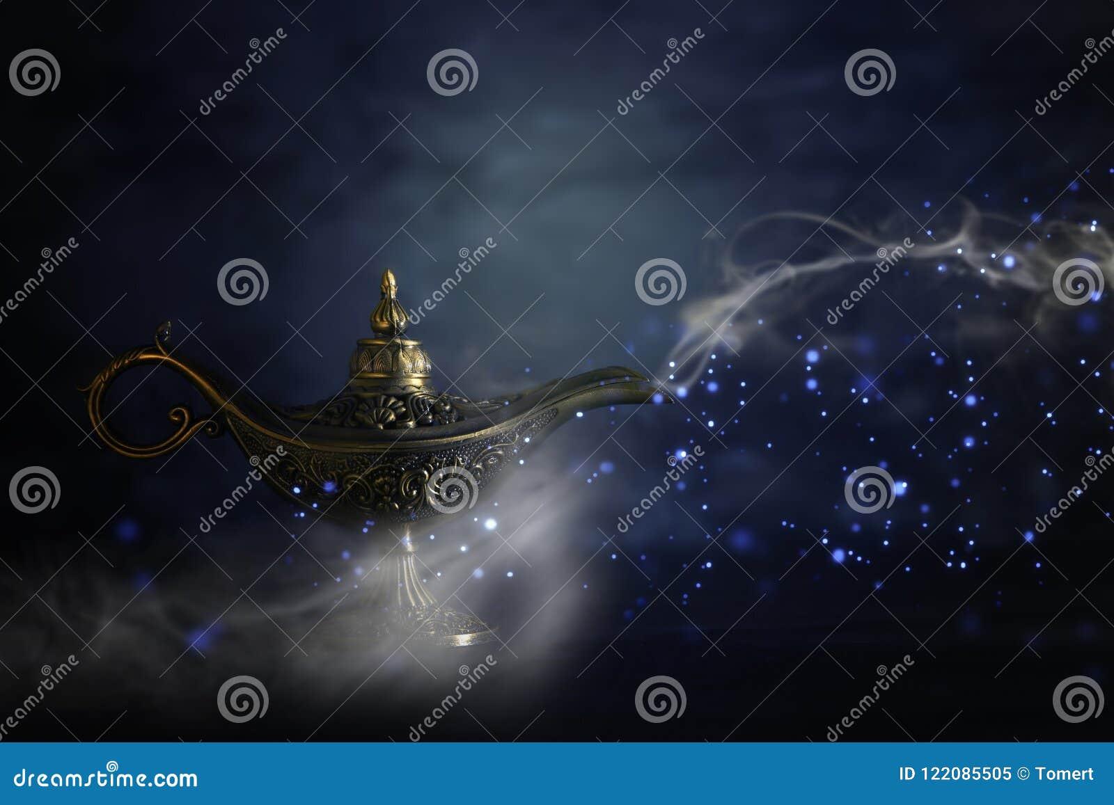 Imagem da lâmpada de aladdin misteriosa mágica com fumo da faísca do brilho sobre o fundo preto Lâmpada dos desejos