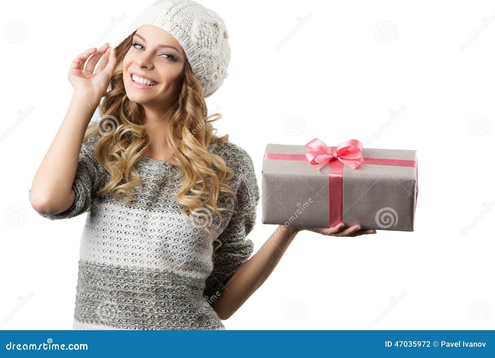 Imagem da menina alegre com caixa de presente em um fundo branco