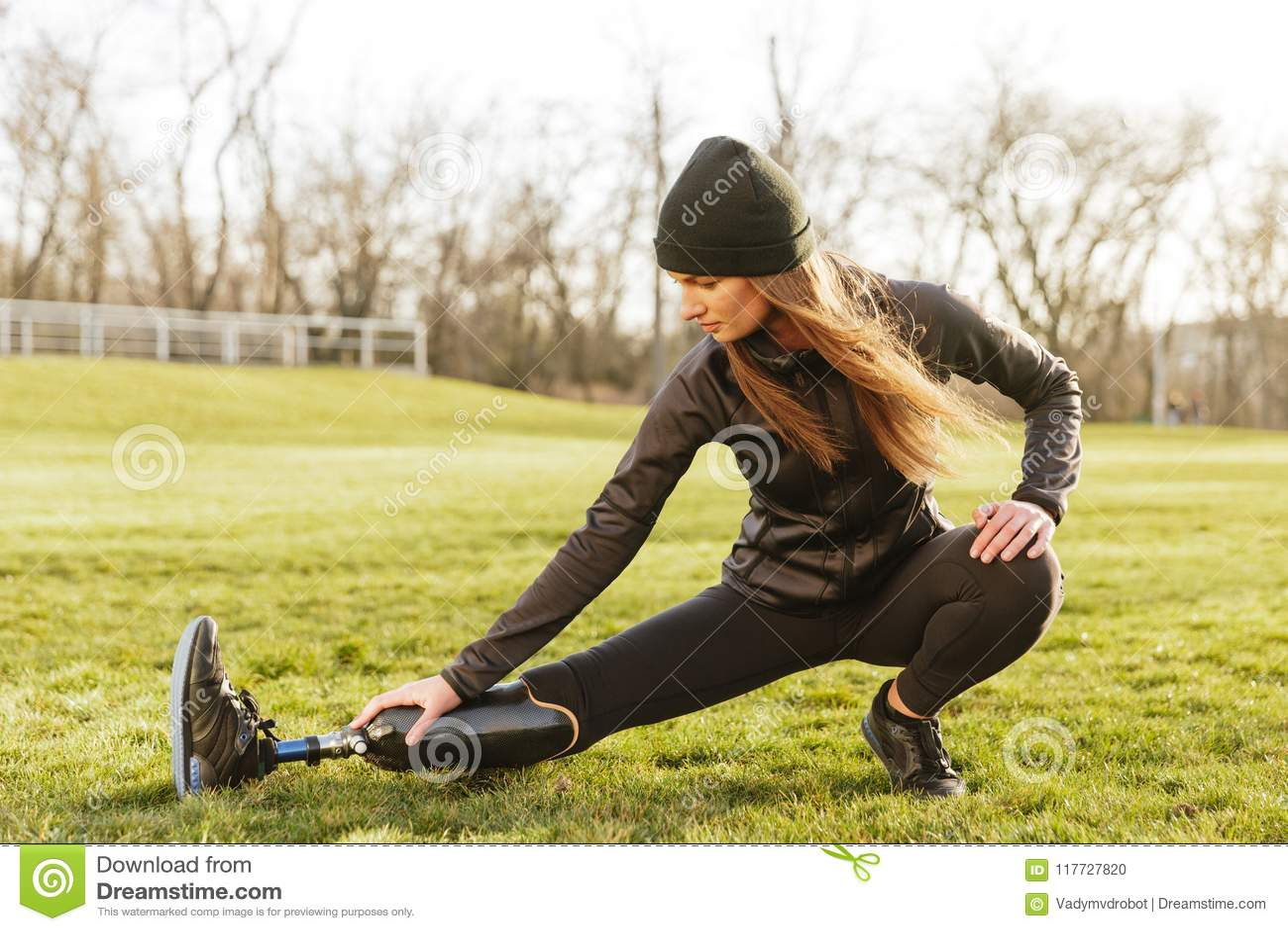 Imagem da menina atlética dos enfermos da morena no sportswear, fazendo o sp