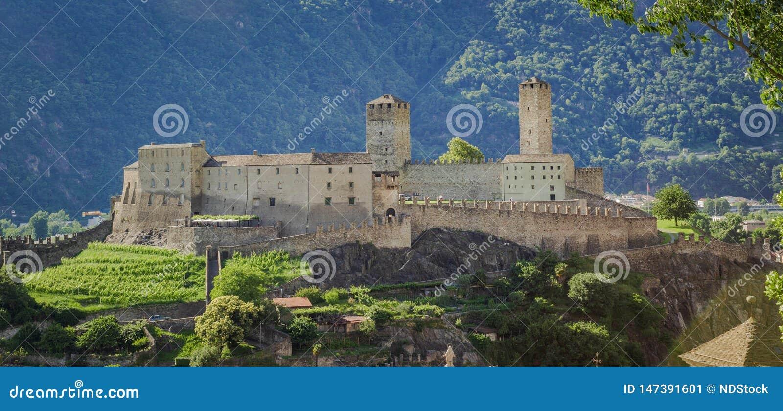 Imagem da paisagem de Castelgrande sobre a cidade de Bellinzona