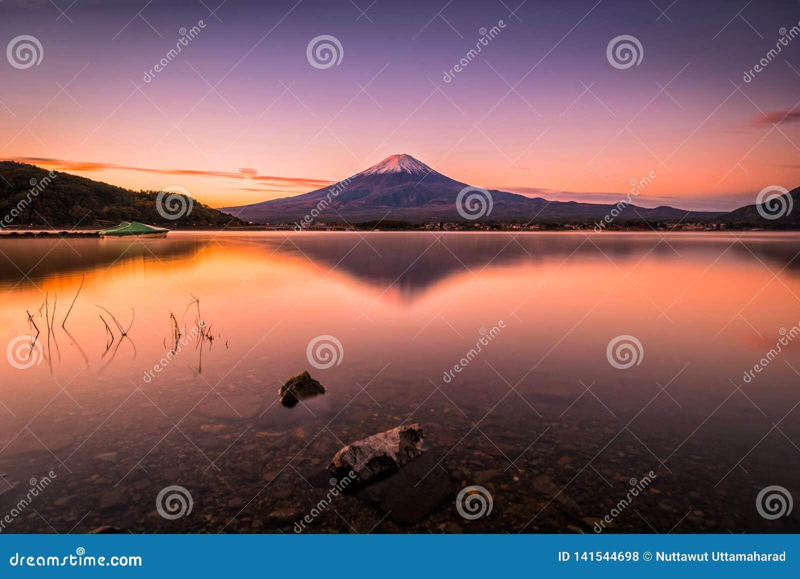 Imagem da paisagem do Mt Fuji sobre o lago Kawaguchiko no nascer do sol em Fujikawaguchiko, Japão