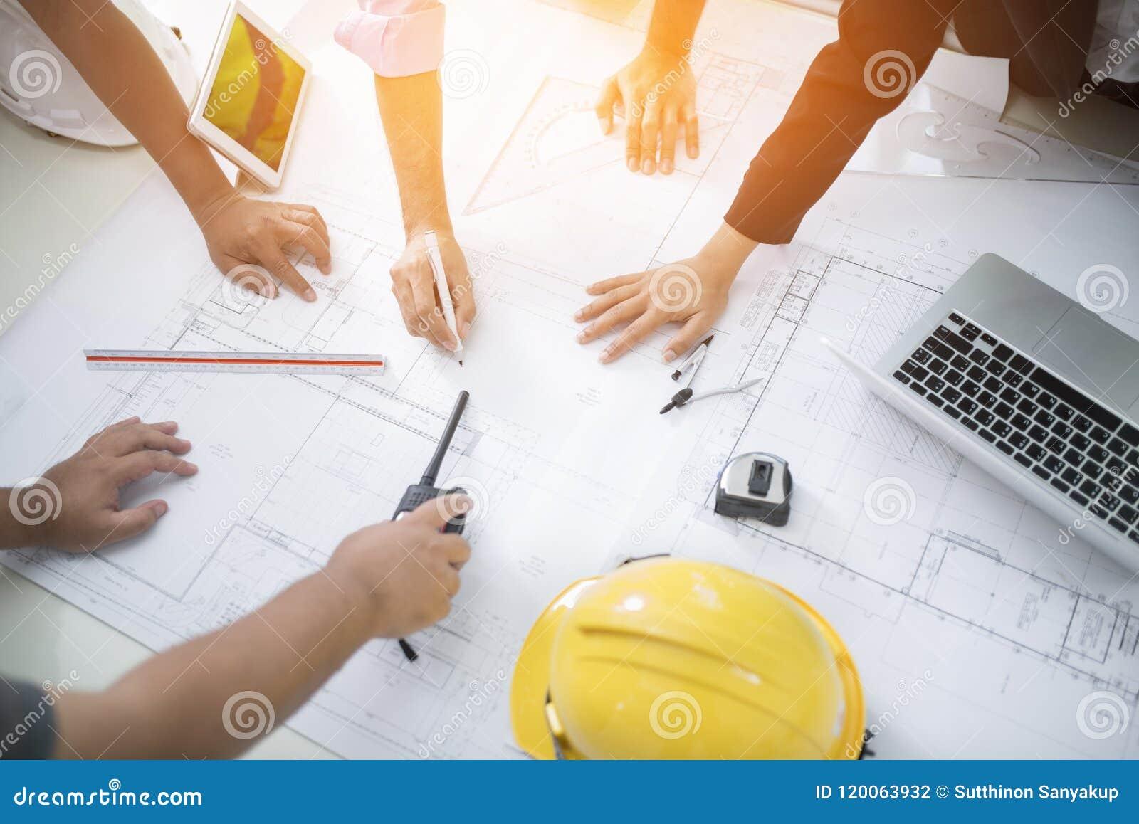 Imagem da reunião do coordenador para o projeto arquitetónico trabalhar com sócio e projetar ferramentas no vintage do local de t