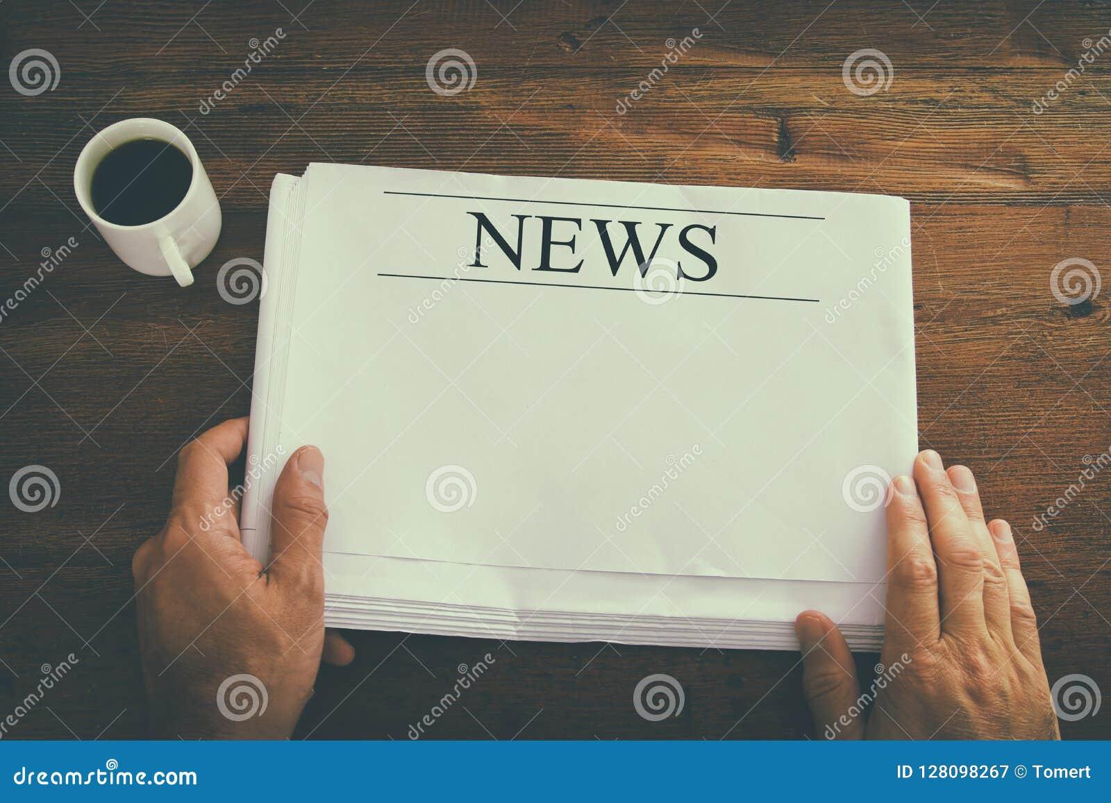 Imagem da vista superior da mão masculina que guarda o jornal vazio com espaço vazio para adicionar a notícia ou o texto Imagem r