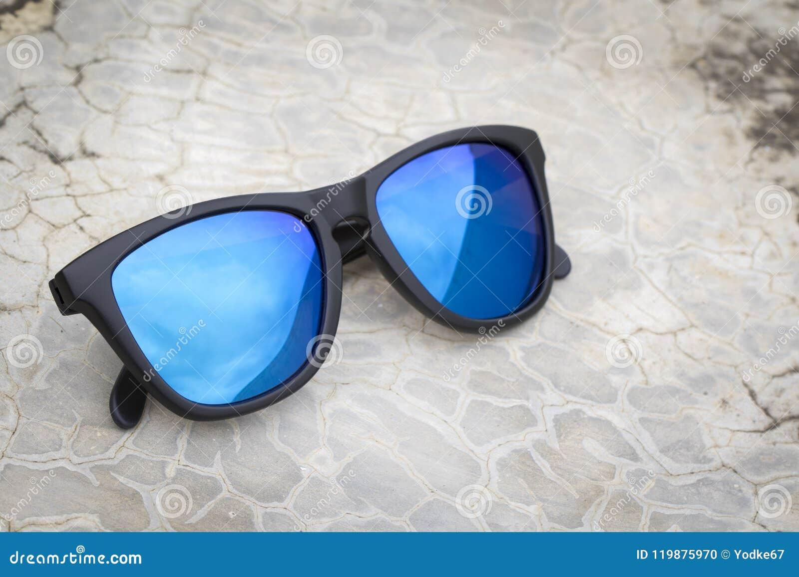 e276d8fa3ad79 Imagem De óculos De Sol Elegantes Modernos No Assoalho Foto de Stock ...