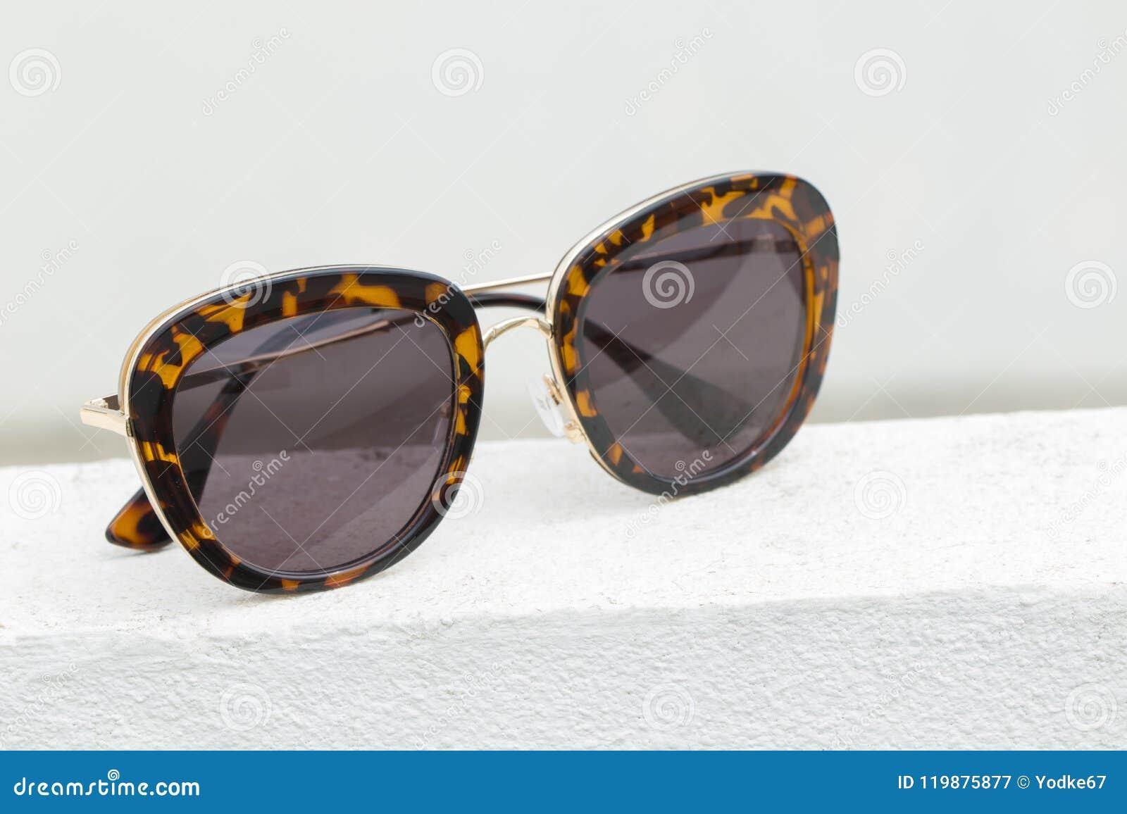 c1af29542ba20 Imagem De óculos De Sol Elegantes Modernos No Assoalho Branco Imagem ...