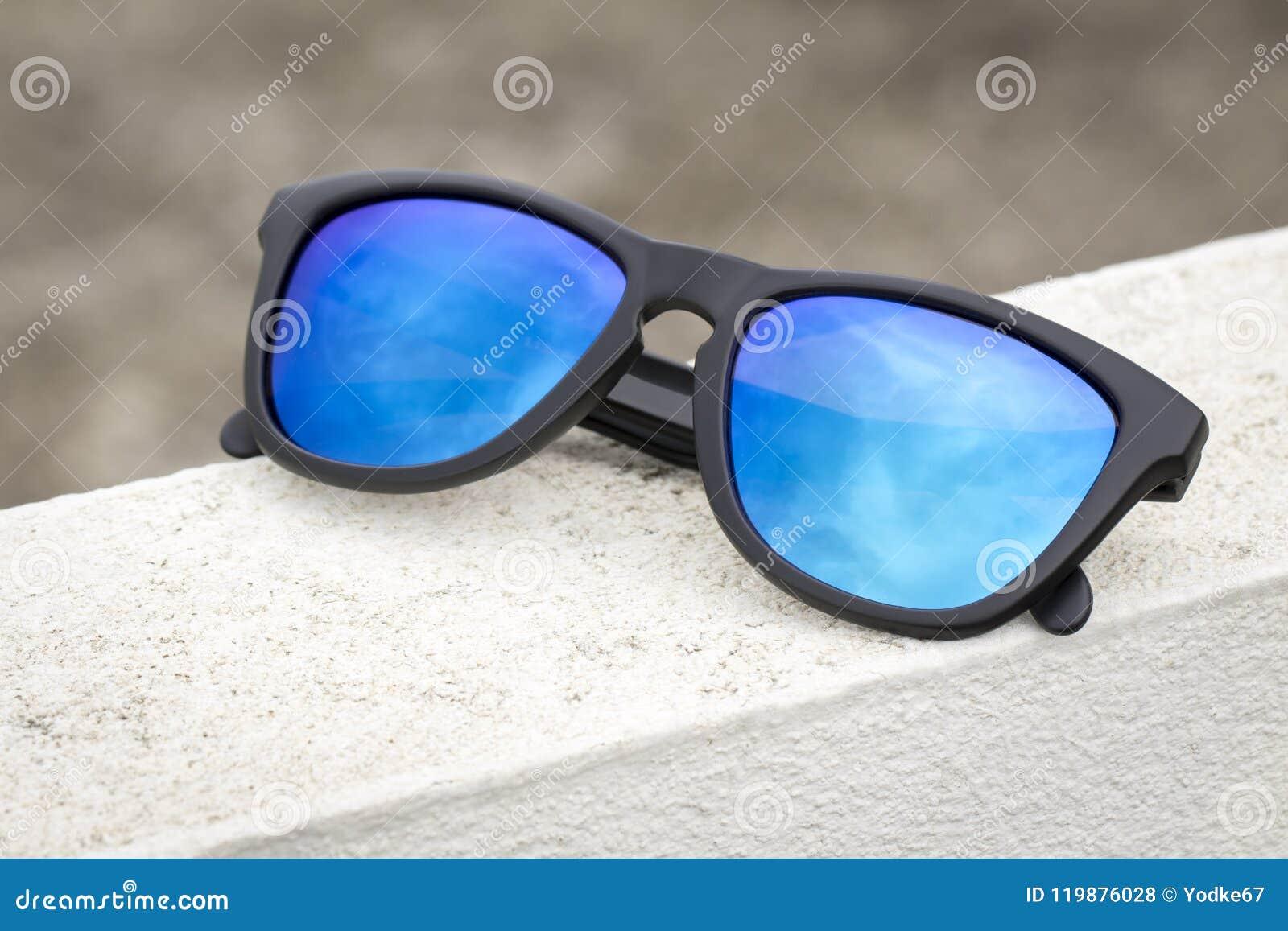 36c7661a16f2e Imagem De óculos De Sol Elegantes Modernos No Assoalho Branco Foto ...