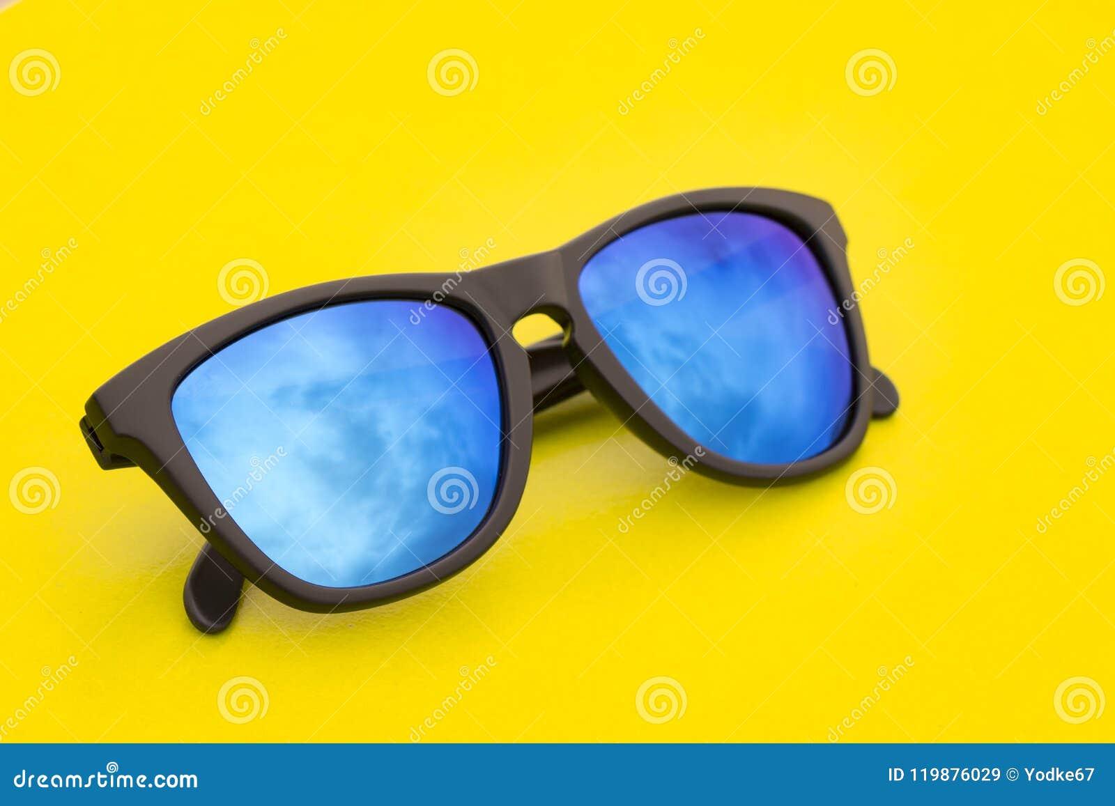 6a3b6a8974aa1 Imagem De óculos De Sol Elegantes Modernos No Fundo Amarelo Imagem ...