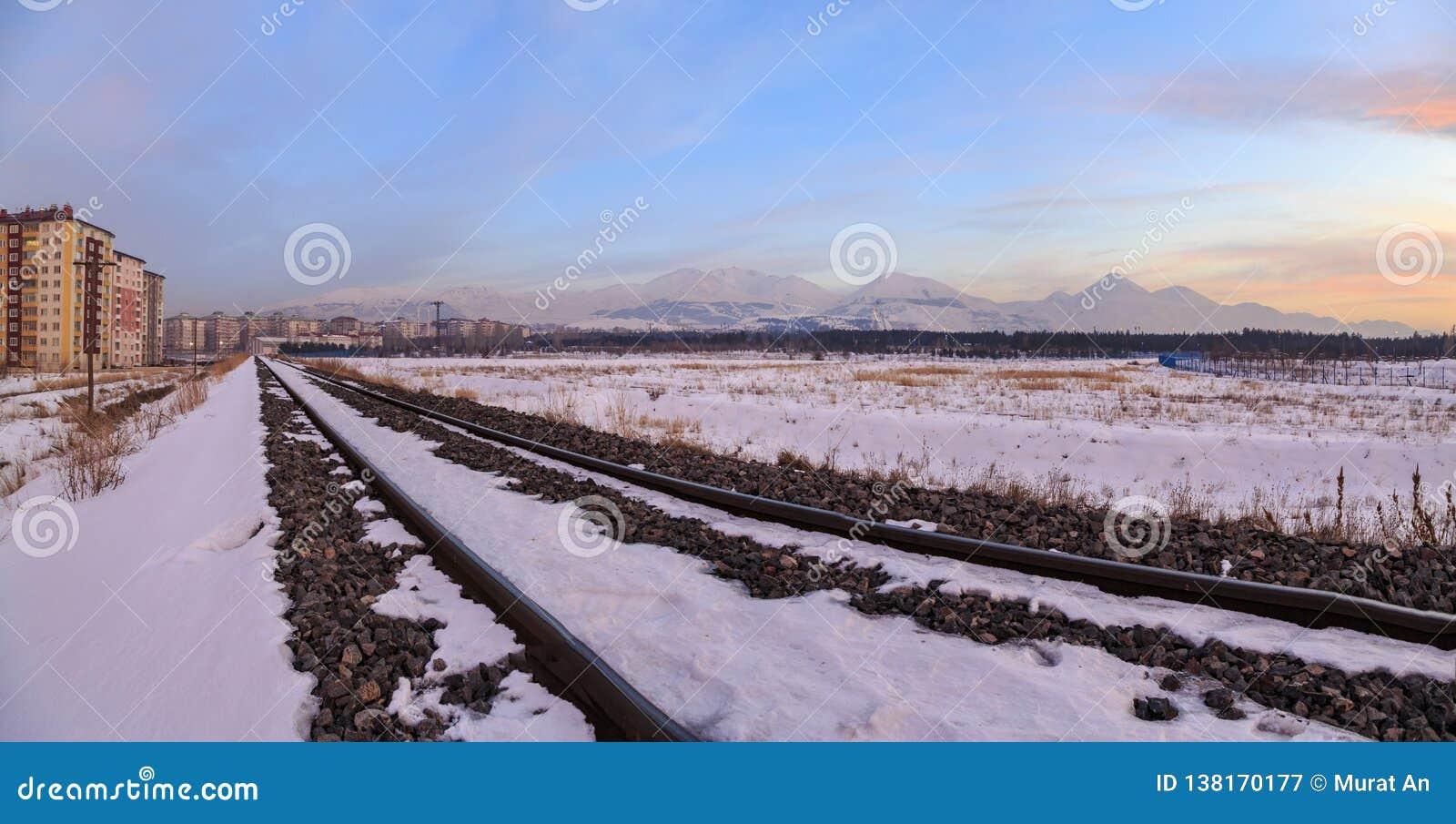 A imagem de Panaromic das estradas de ferro perto de Erzurum com palandoken o Mountain View