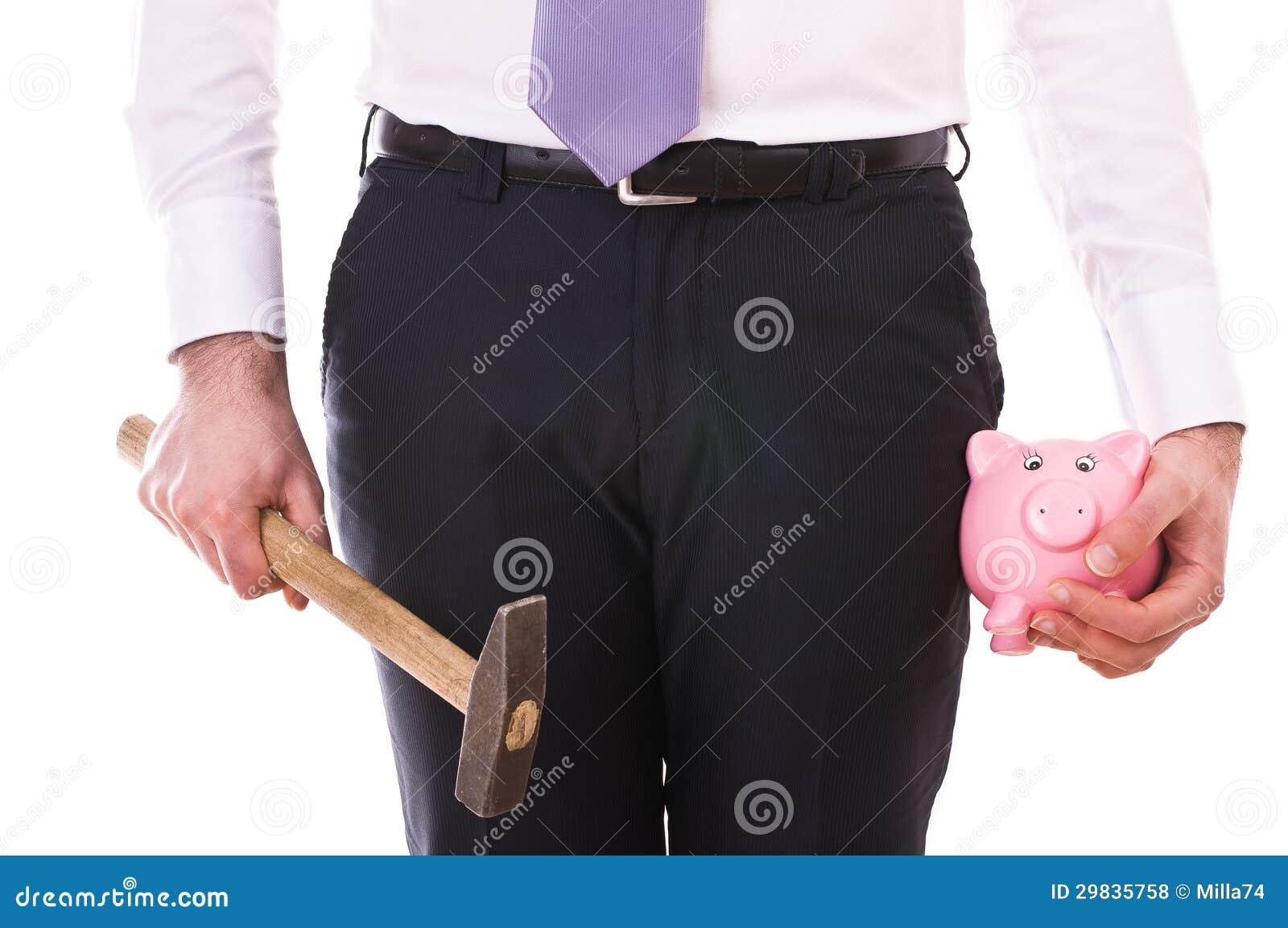 Homem de negócios com mealheiro e martelo.