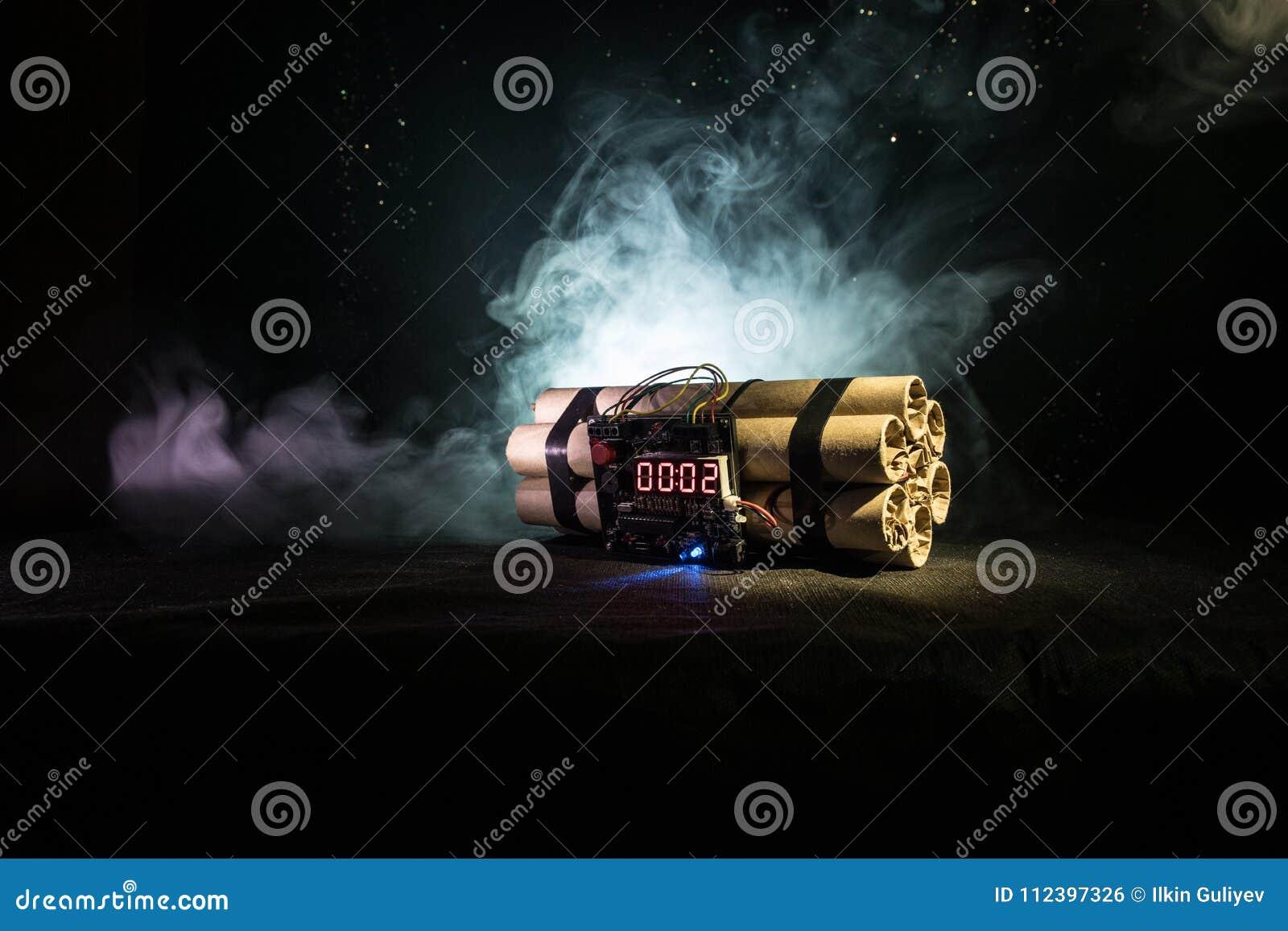 Imagem de uma bomba-relógio contra o fundo escuro Temporizador que conta para baixo à detonação iluminada em um brilho claro do e