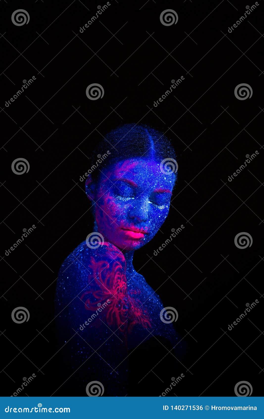 Imagem de uma medusa cor-de-rosa no ombro e na cara Sonos estrangeiros da menina azul