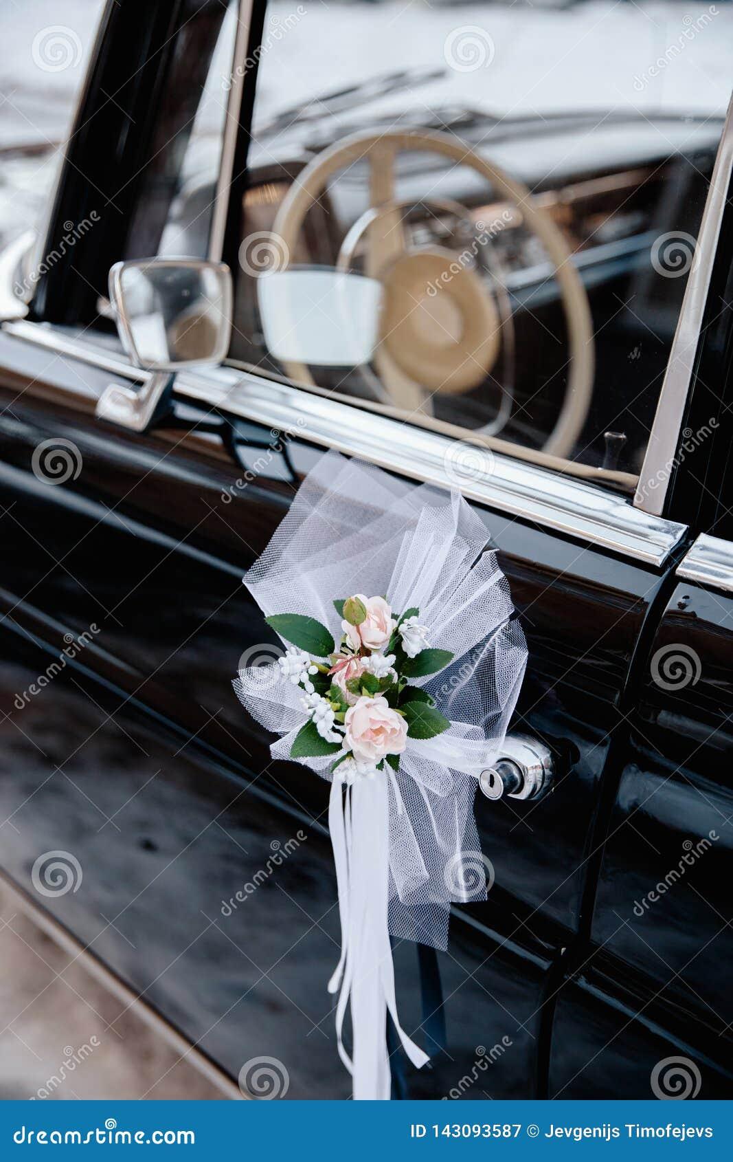 Imagem denominada retro de um autorrádio e de um painel velhos dentro de um carro clássico