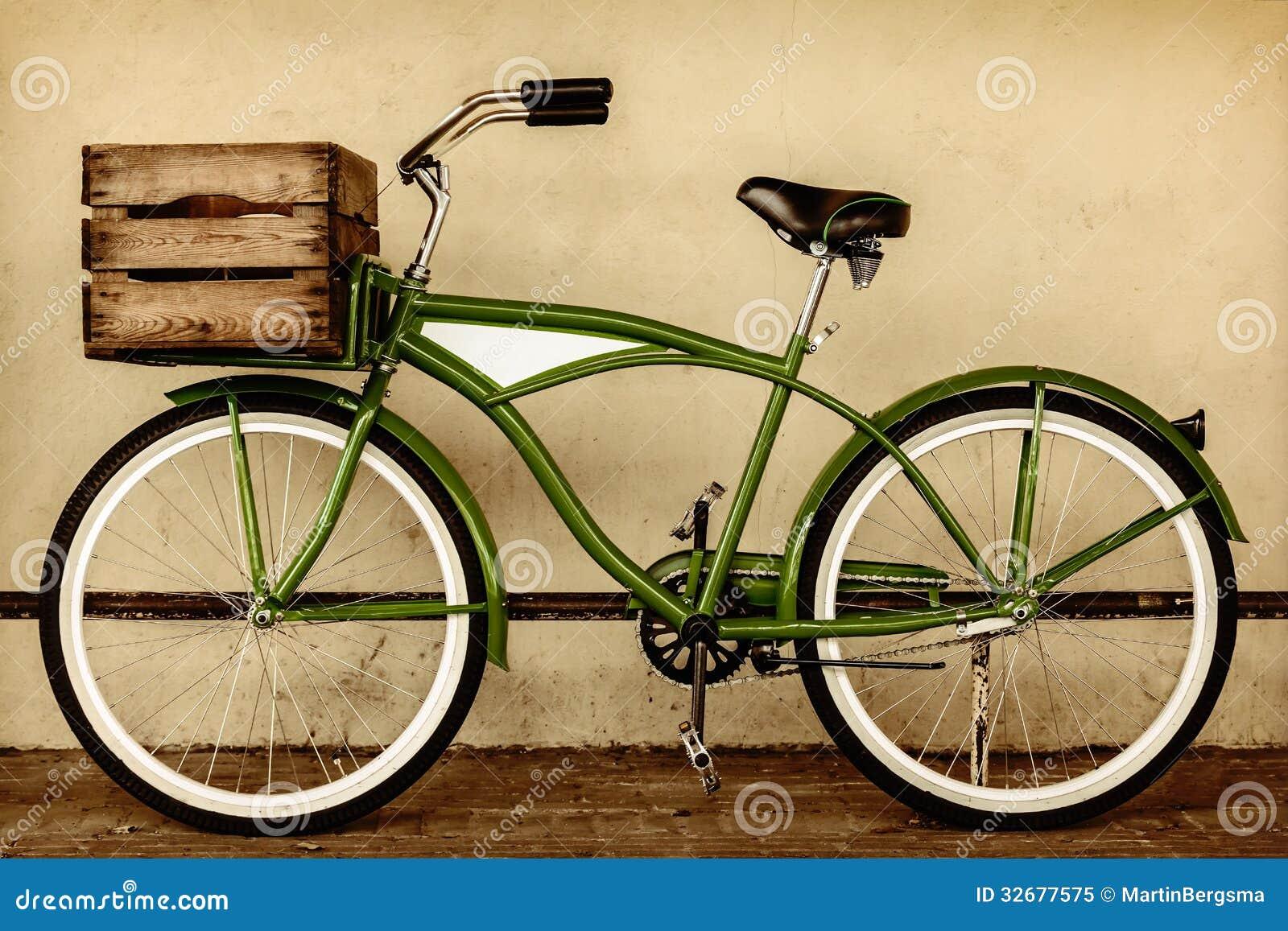 Imagem denominada retro do sepia de uma bicicleta do vintage com caixa de madeira
