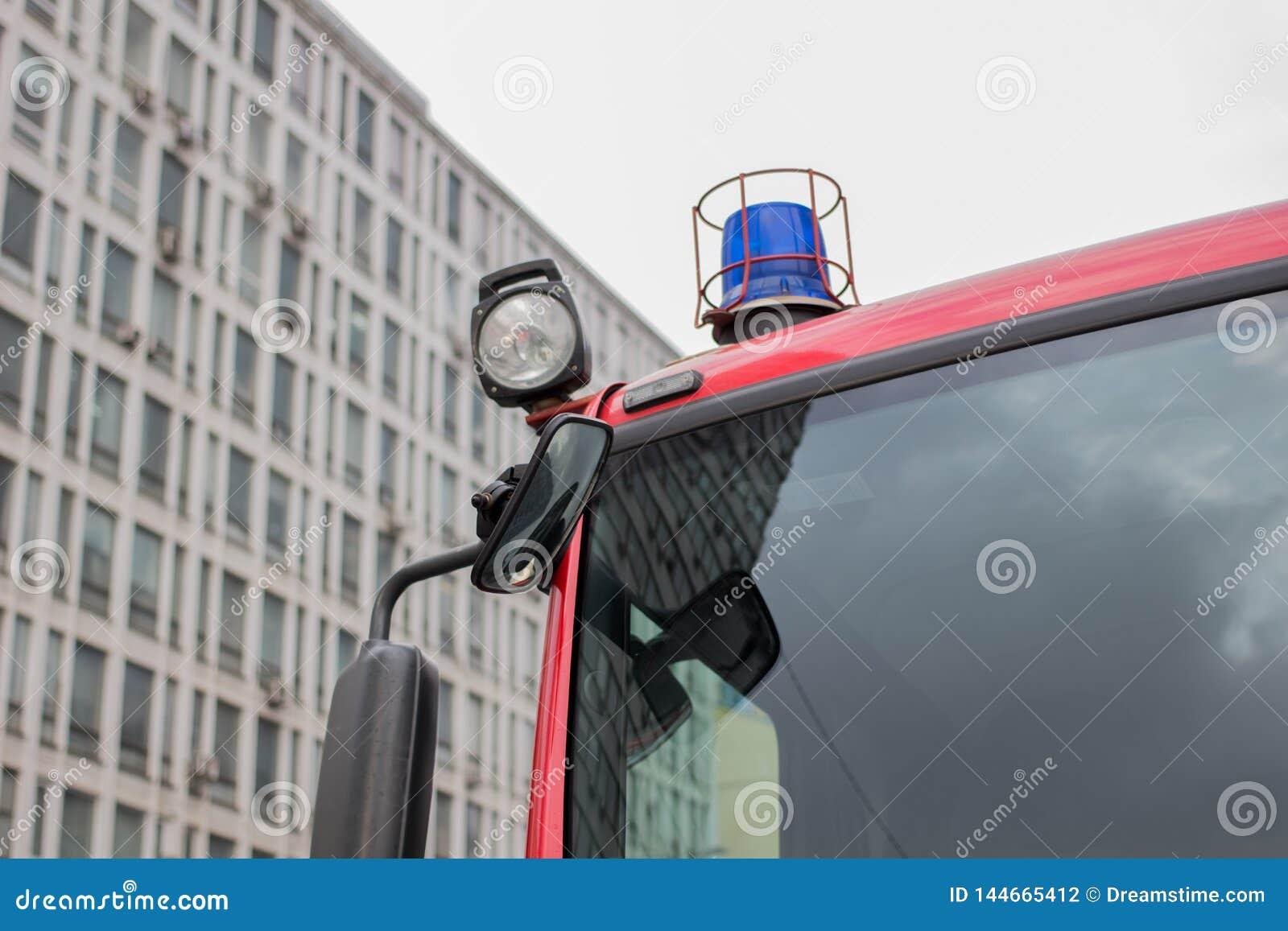 Imagem do close-up de luzes e de sirenes azuis em um carro de bombeiros