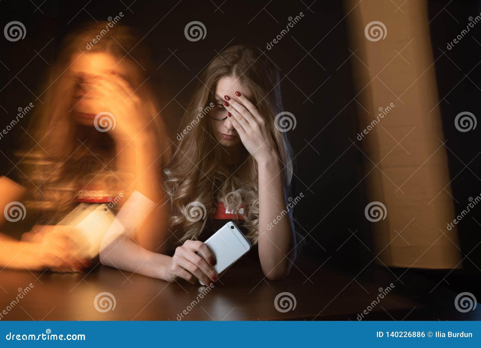 Imagem do close up de menina frustrante, jovem mulher que é uma vítima de tiranizar em linha