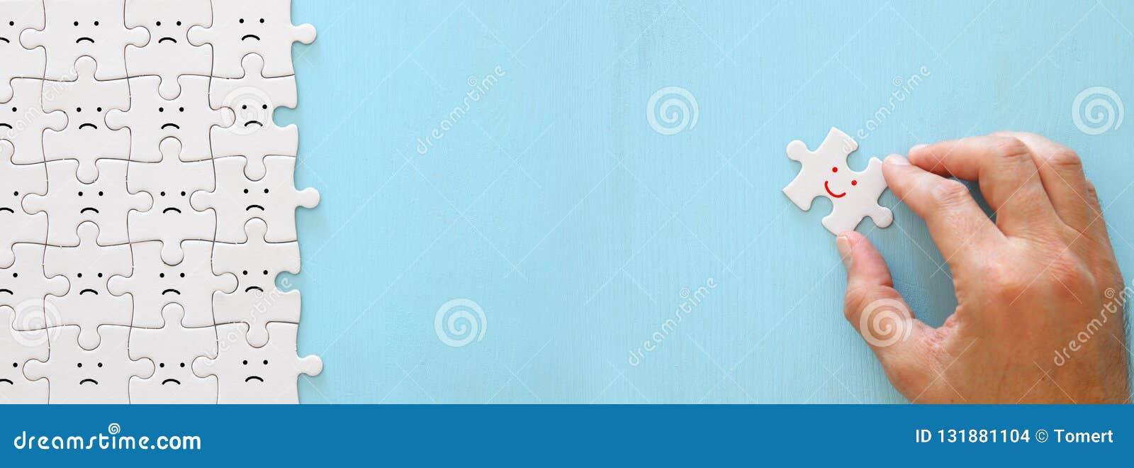 Imagem do conceito da pessoa escolhida entre outros uma cara de sorriso está para fora da multidão