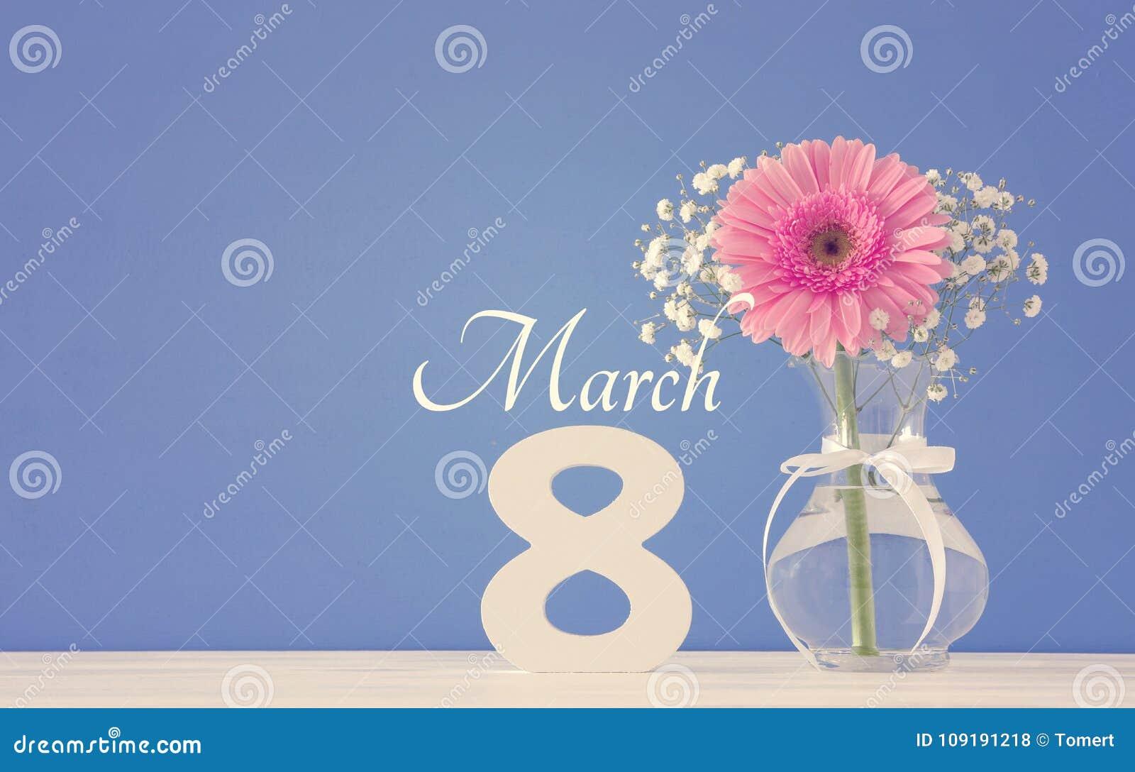 Imagem do conceito internacional do dia das mulheres com a flor bonita no vaso na tabela de madeira