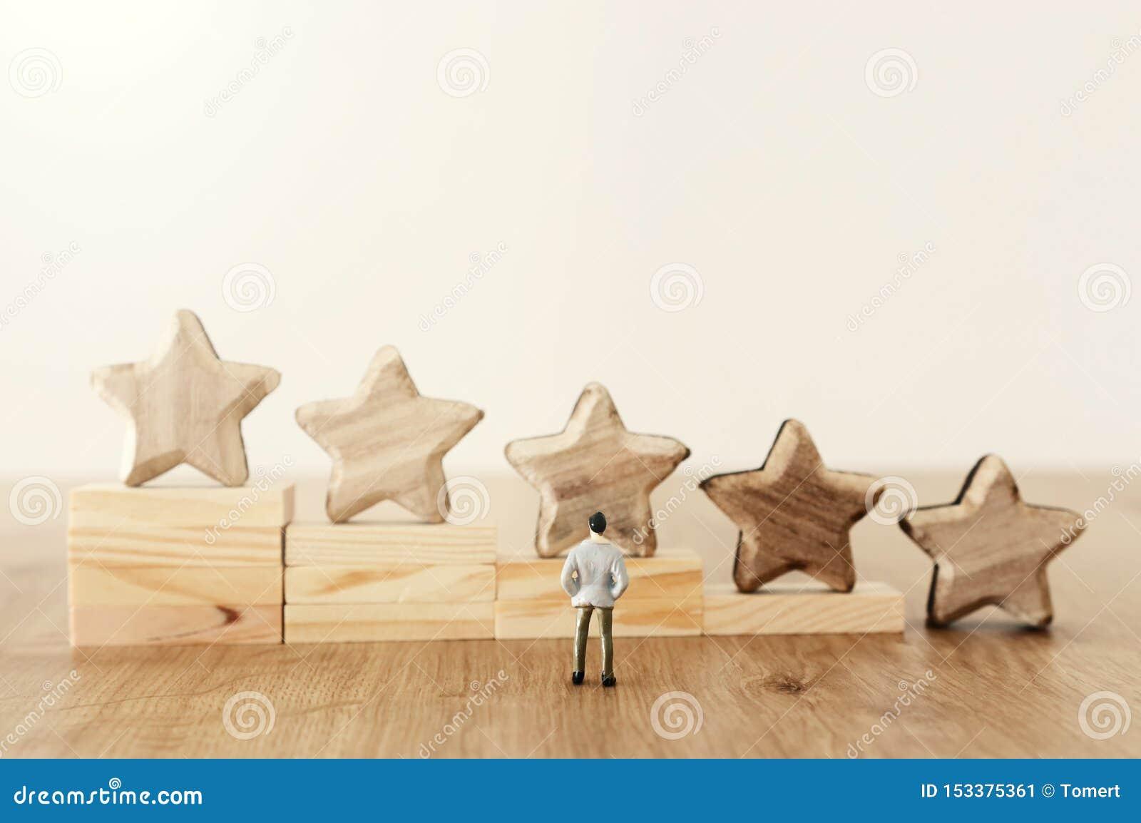 Imagem do conceito do negócio de ajustar um objetivo de cinco estrelas aumente a ideia da avalia??o ou da classifica??o, da avali