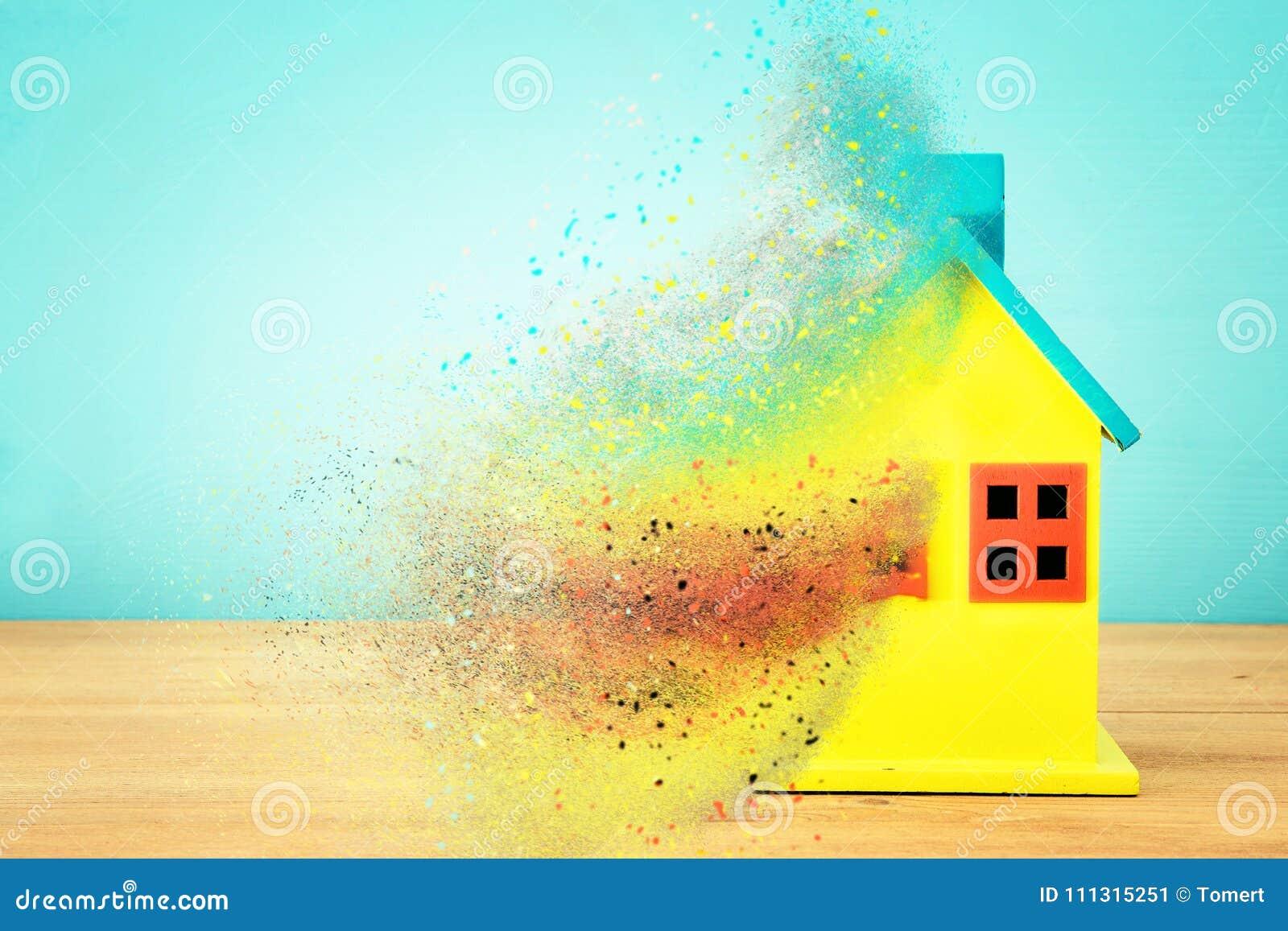 Imagem do modelo colorido de madeira da casa Conceito dos bens imobiliários e da incerteza