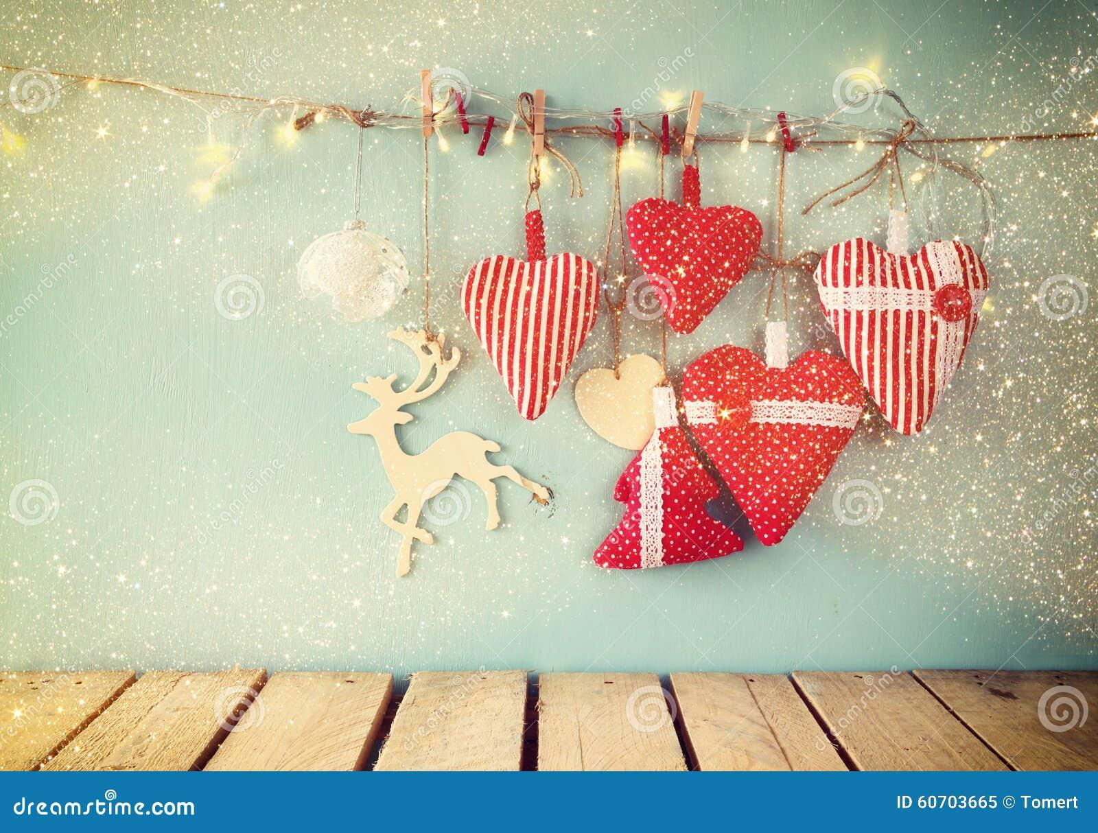 Imagem do Natal de corações e da árvore vermelhos da tela luzes de madeira da rena e da festão, pendurando na corda