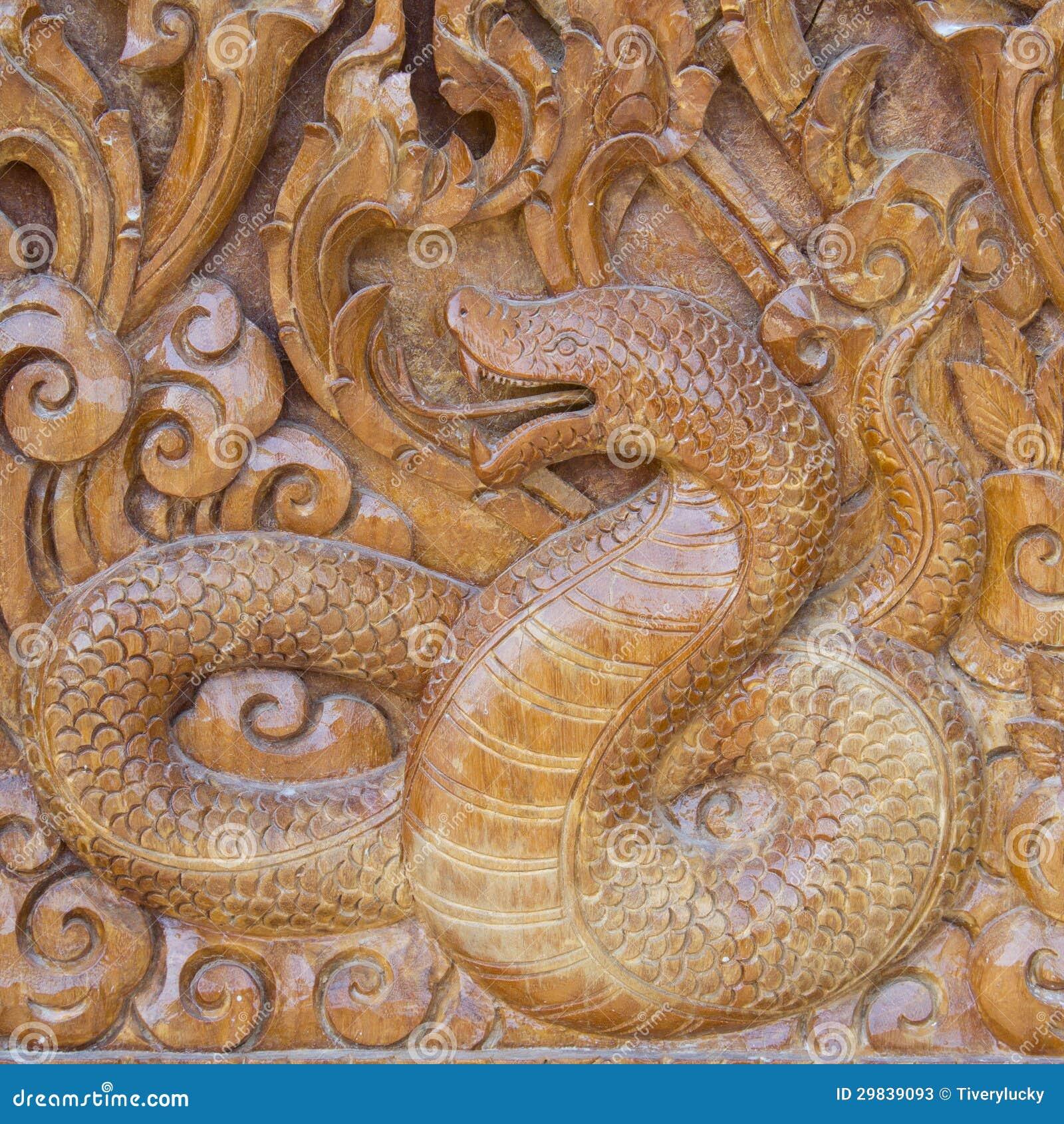 Serpente na madeira