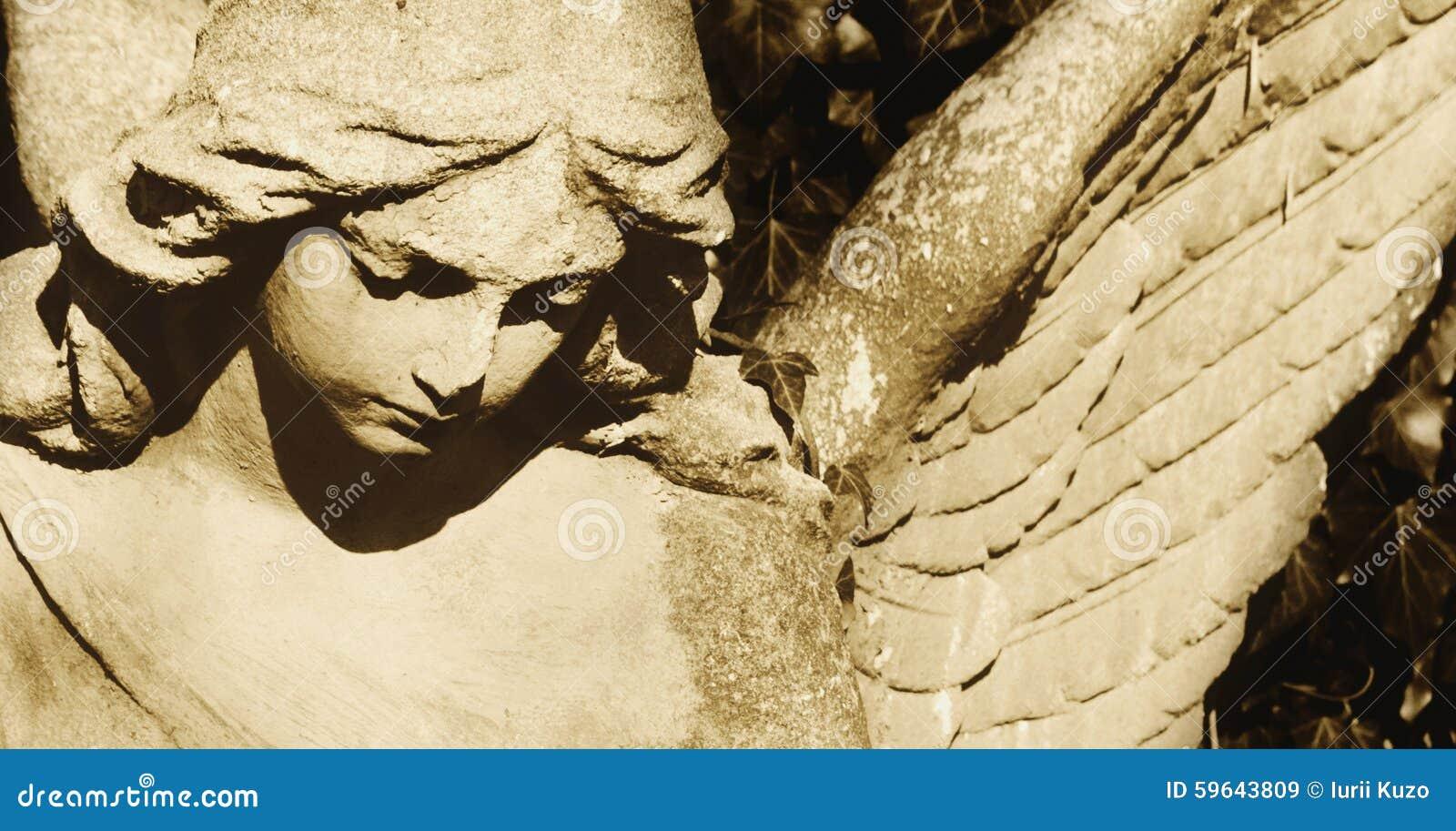 Imagem do vintage de um anjo triste em um cemitério