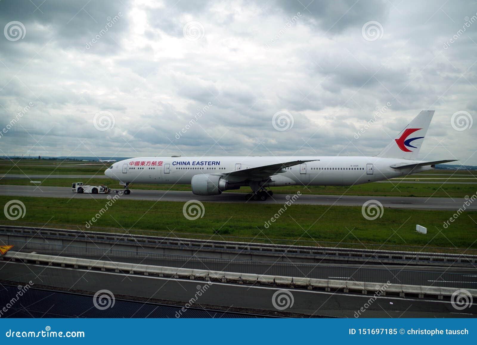 A imagem do voo oriental de China apenas aterrou e juntando-se a lhe zona de estacionamento de s