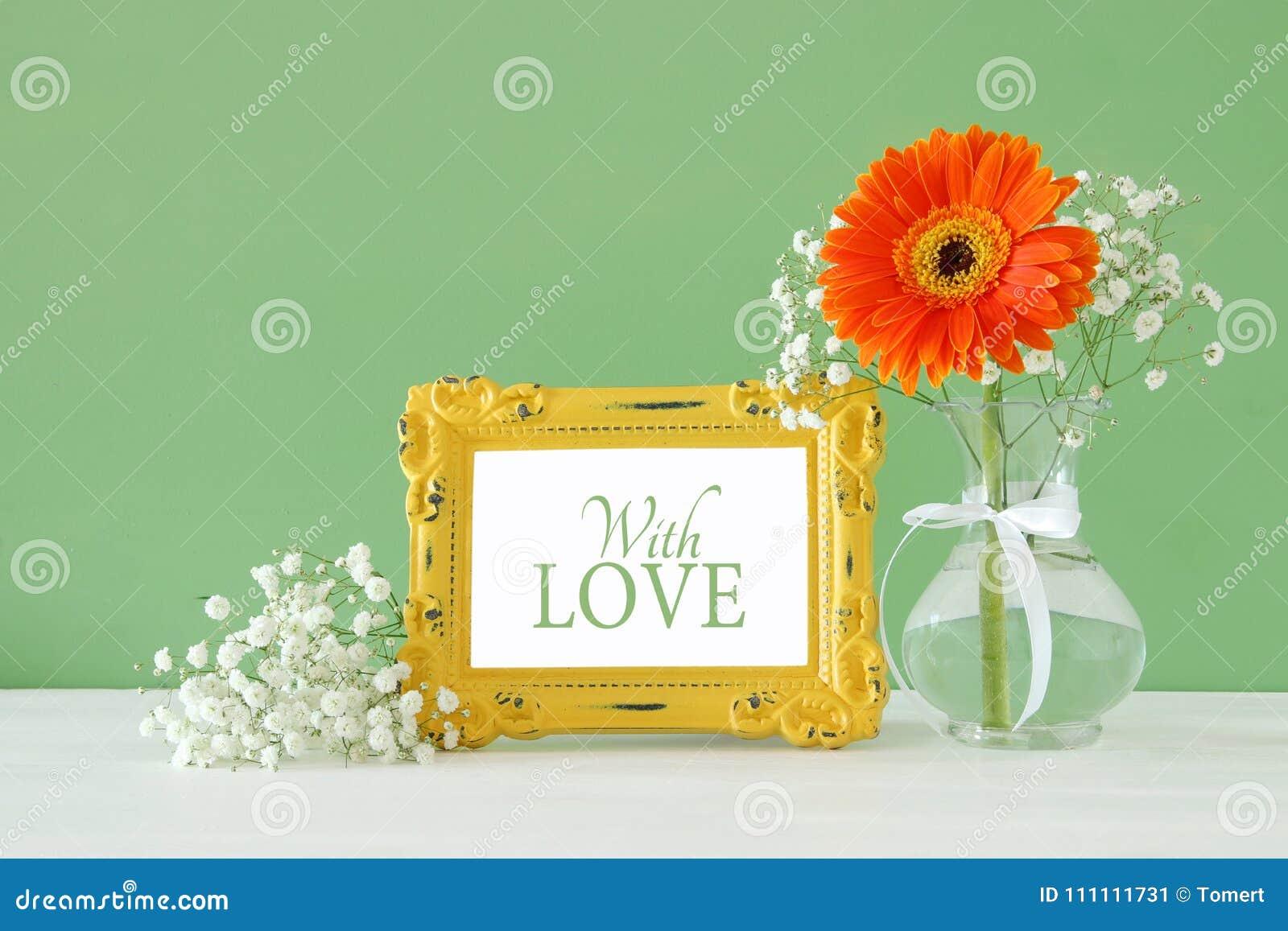 Imagem do women& internacional x27; conceito do dia de s com a flor bonita no vaso na tabela de madeira