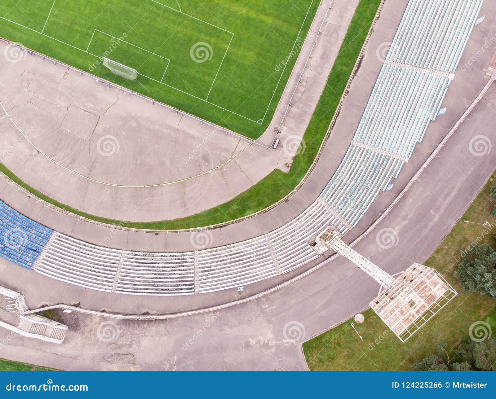 Imagem do zangão do estádio da cidade com campo e assentos de futebol aéreo