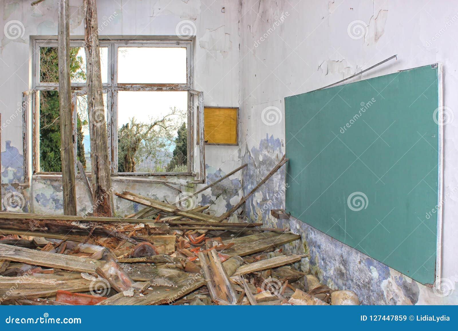 Imagem dramática da escola esquecida, destruída, abandonada