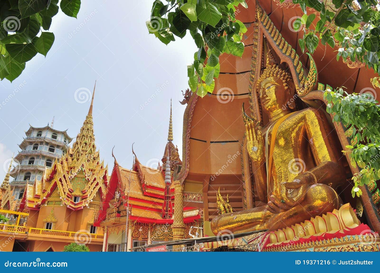 Imagem grande de Buddha no templo de Tham Sua