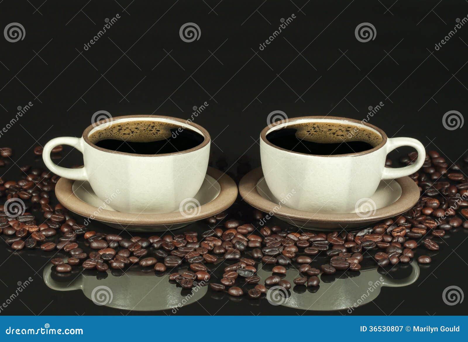 Imagem invertida de dois copos de café