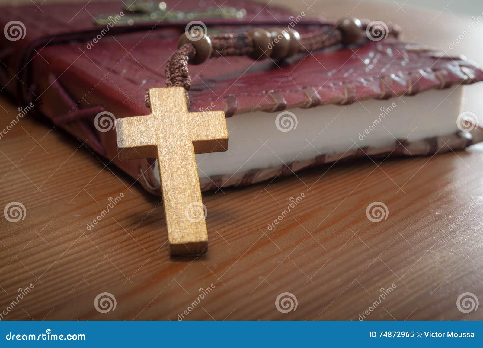 Imagem macro de uma Bíblia e de um rosário
