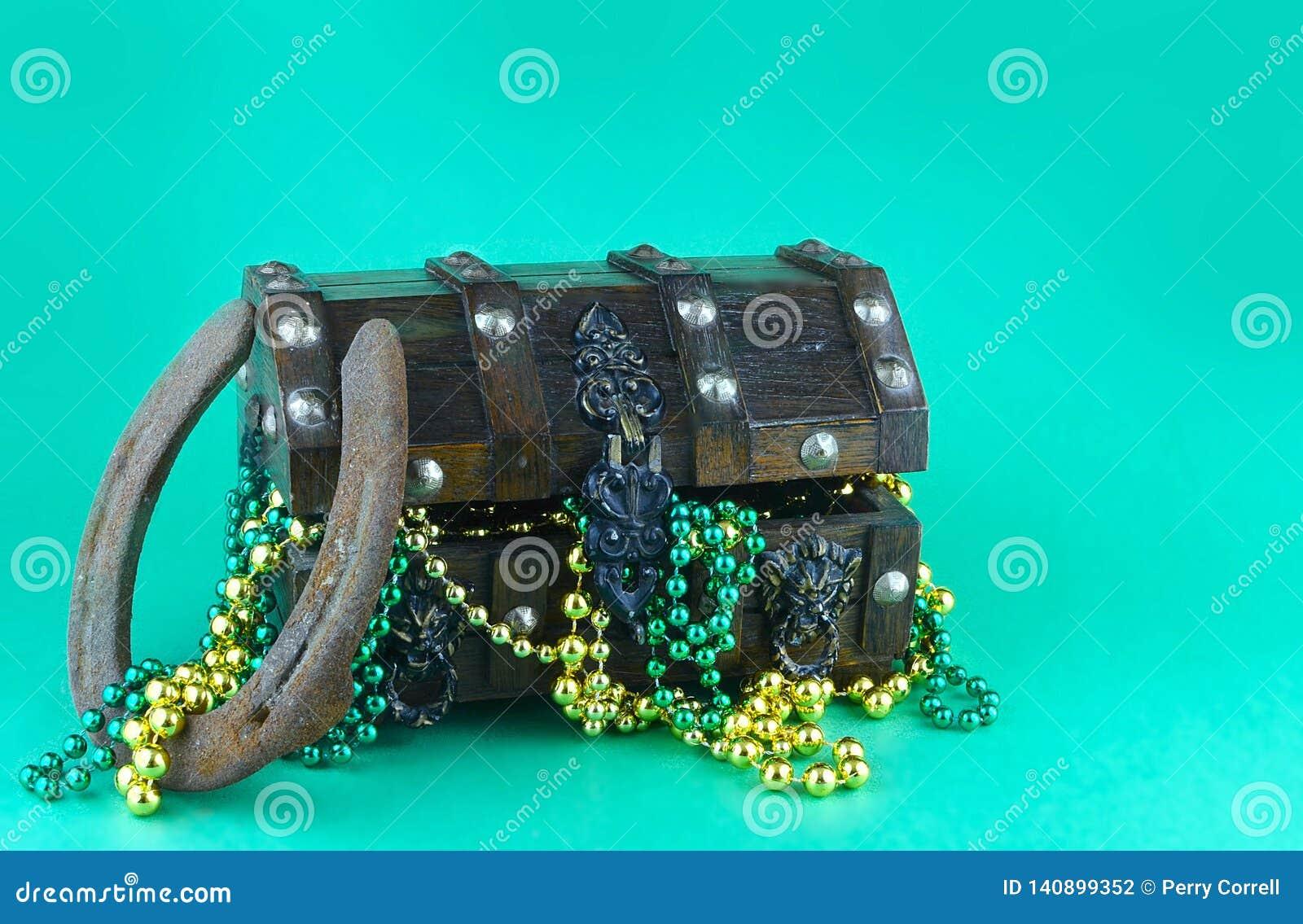 Imagem para o dia de St Patrick o 17 de março Arca do tesouro para simbolizar a sorte e a riqueza enchidas com os grânulos brilha