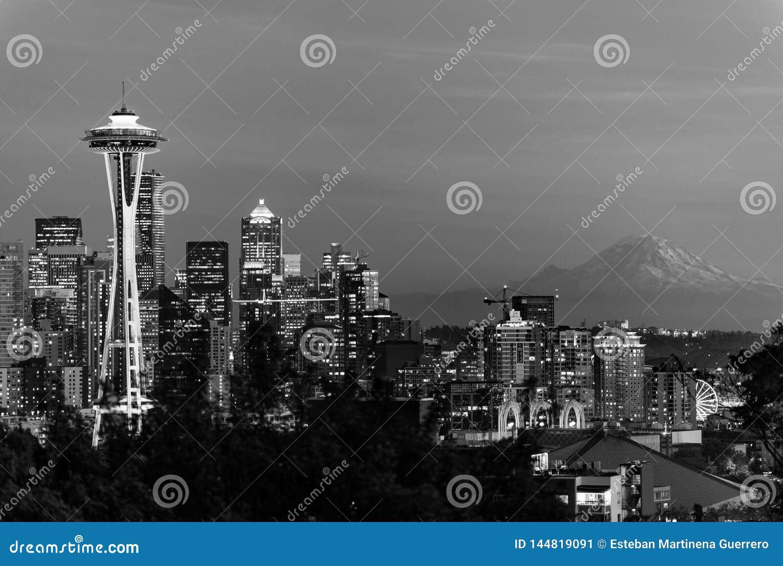 Imagem preto e branco da skyline da cidade de Seattle e do perfil do Monte Rainier no fundo