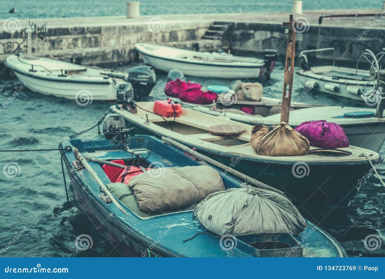 Imagem retro do vintage dos barcos no porto