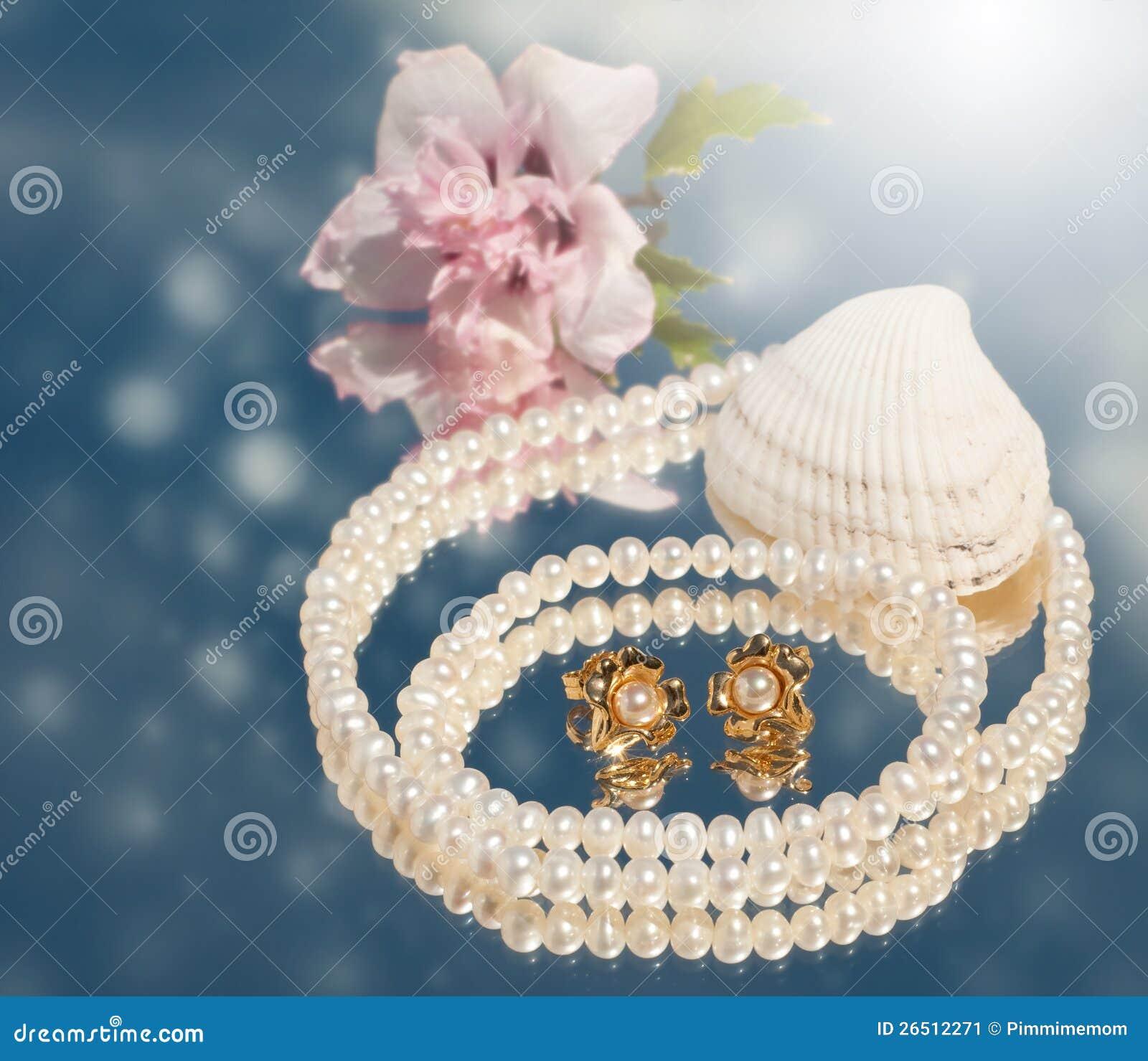Imagem sonhadora de brincos dourados da pérola com pérolas